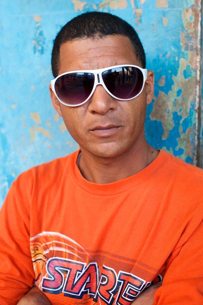 Mange fremmede har ingen ting i mot å bli portrettert så lenge man spør først, slik denne mannen som sto på skyggesiden av gaten i Havana.Foto: Ole Gunnar Onsøien, All Rights Reserved