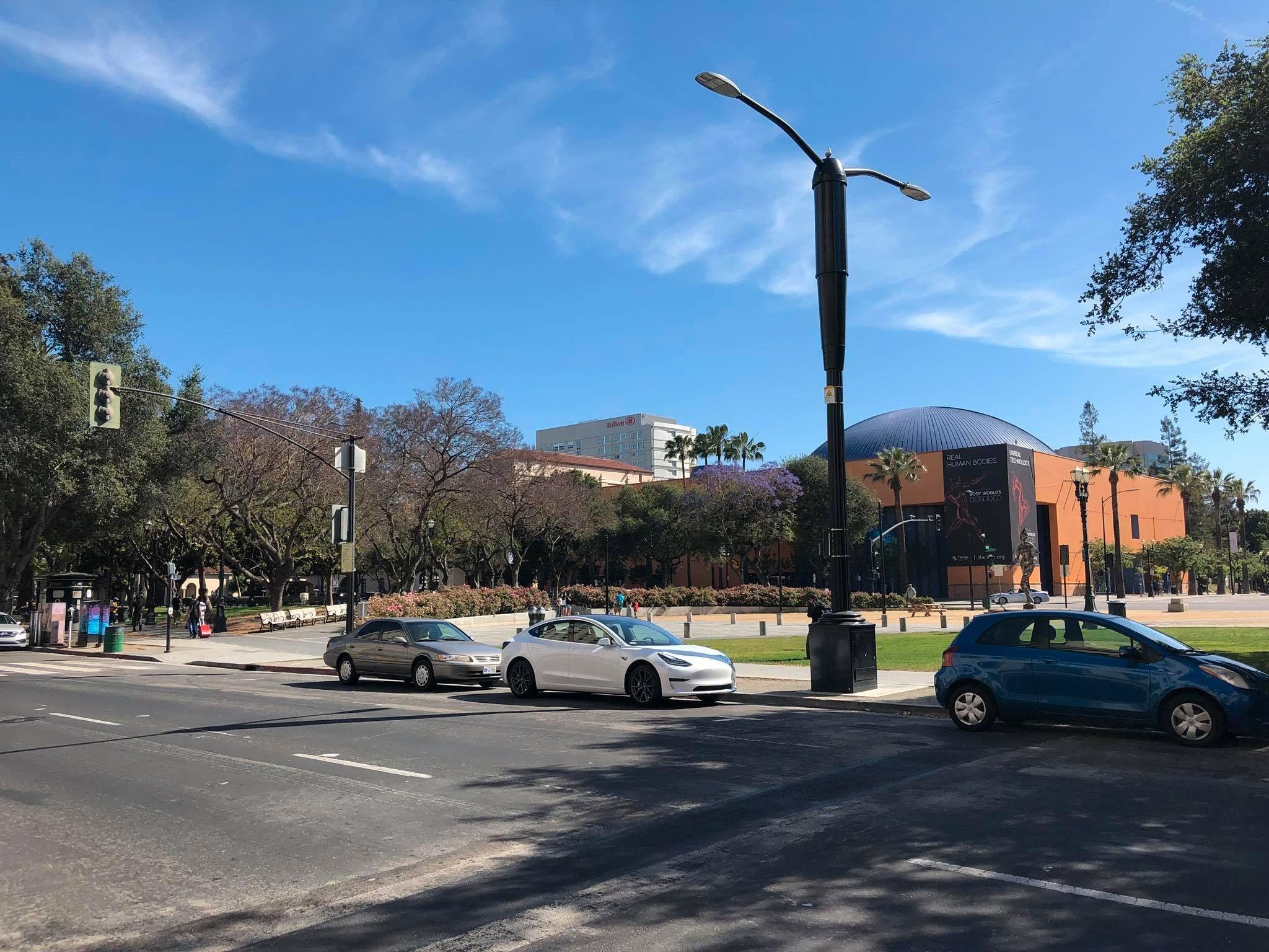 En Tesla Model 3 parkert i San Jose. Selv i Teslas hjemstat, California, er tettheten av Elon Musks biler betydelig lavere enn her hjemme.