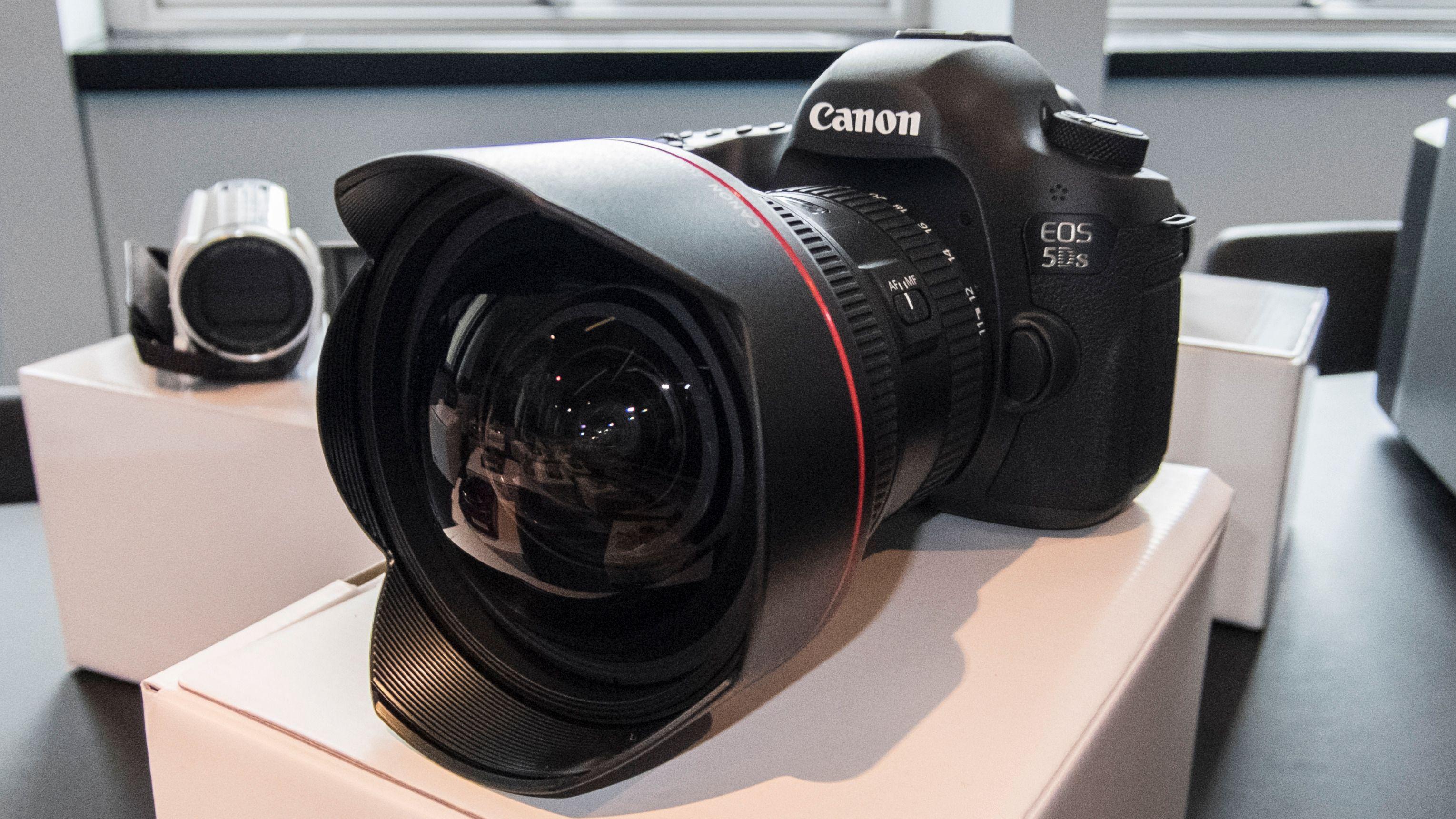 Canons 11-24 millimeter er et monster av en vidvinkel. Foto: Kristoffer Møllevik