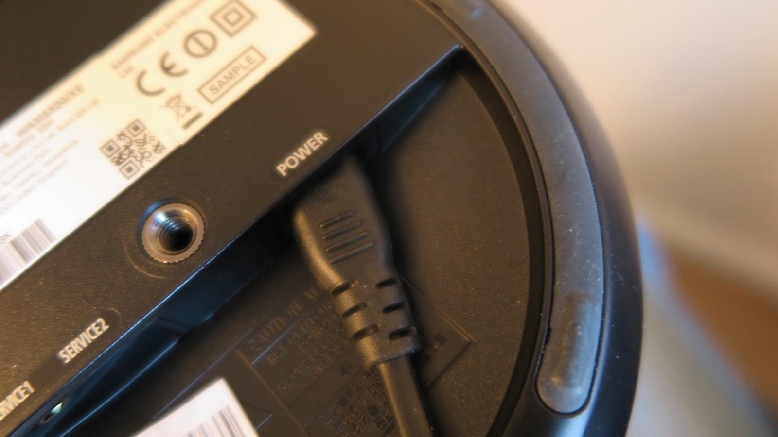 Nei, vi har ikke slurvet – strømkabelen skal faktisk sitte skjevt. Foto: Espen Irwing Swang, Tek.no