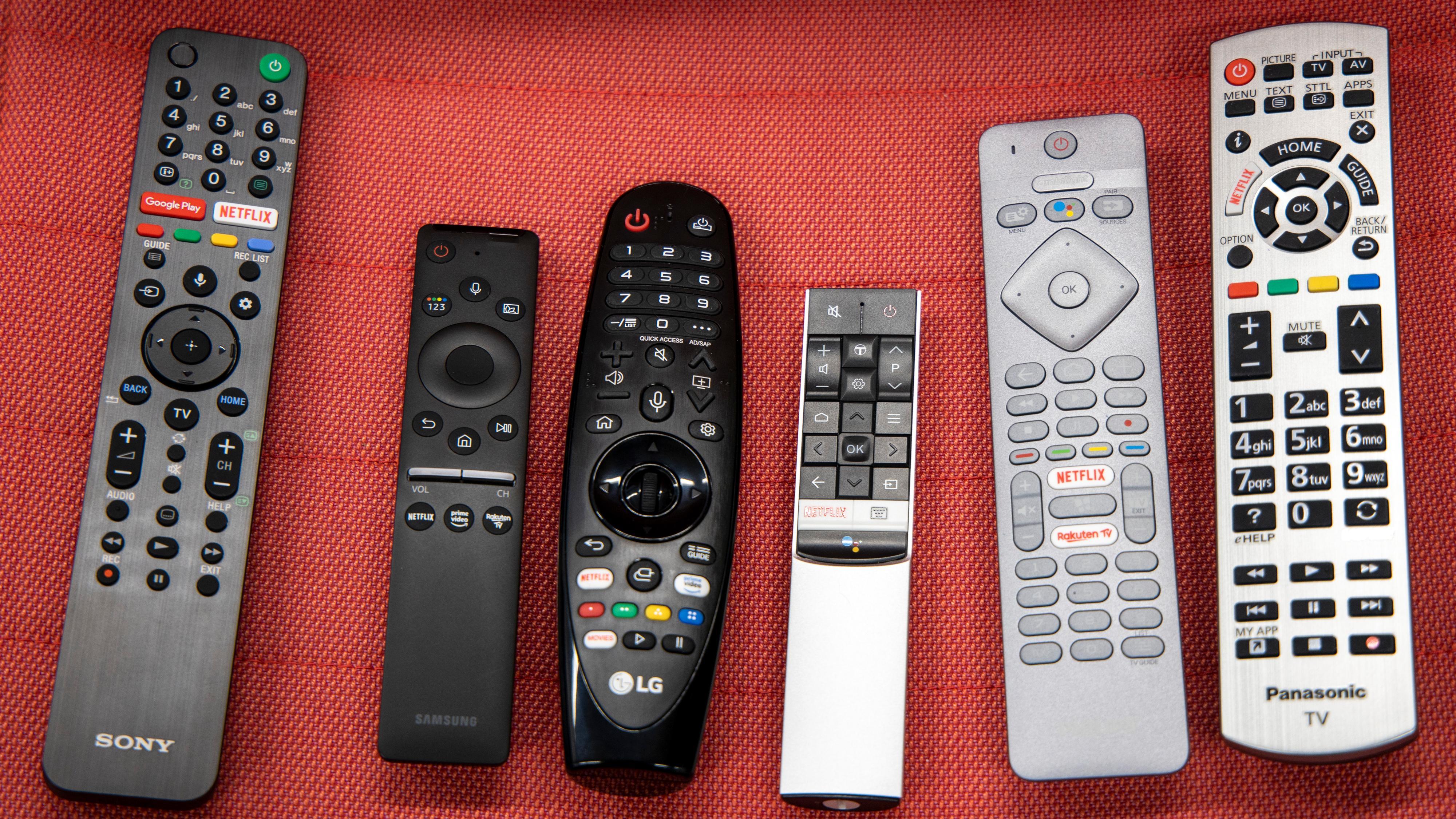 Her har du de ulike fjernkontrollene til TV-ene i testen. Fra venstre Sony, Samsung, LG,