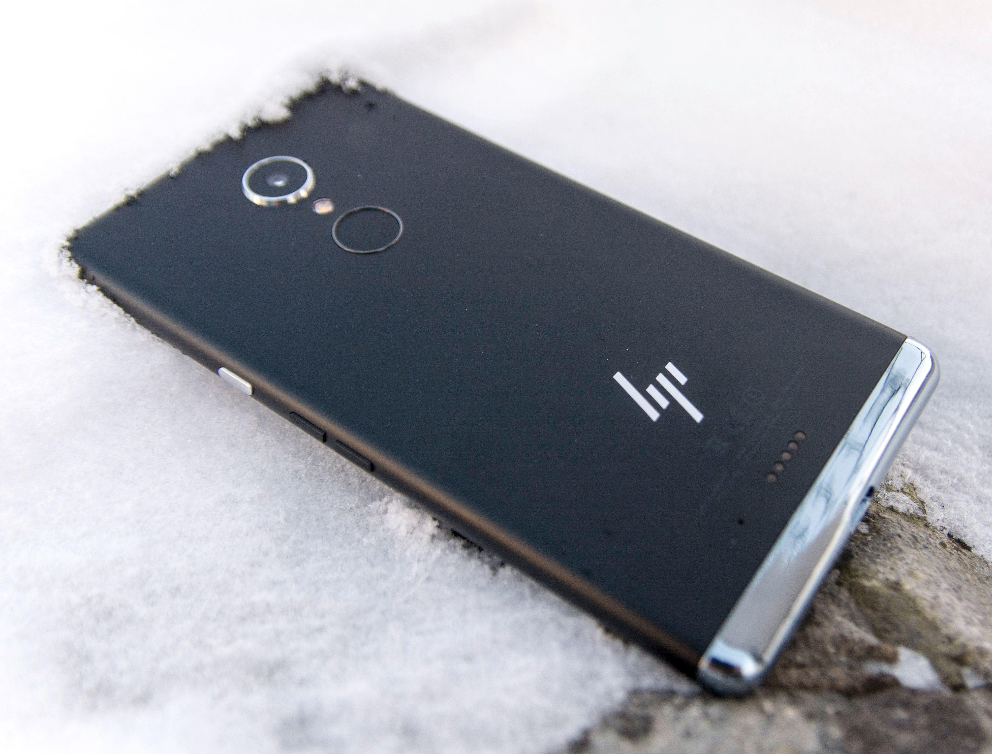 For en så stor telefon som Elite X3 er blir fingerleseren litt vanskelig å håndtere når den er på baksiden.