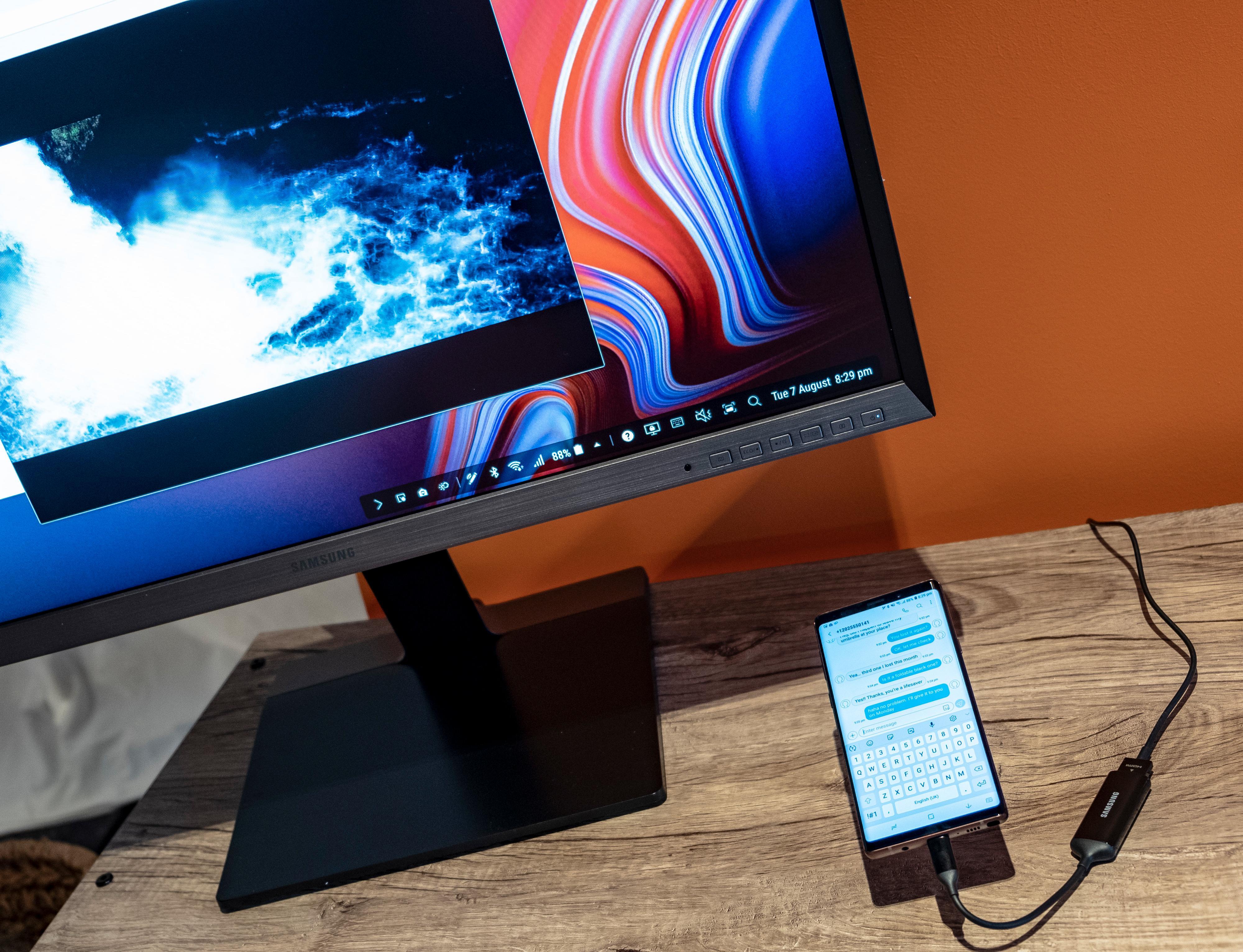 Koble telefonen til en skjerm og styr det som foregår med pennen. Som regel står selve skjermen eller projektoren på møterommet, så i mange tilfeller trenger du bare telefonen for å være forberedt.