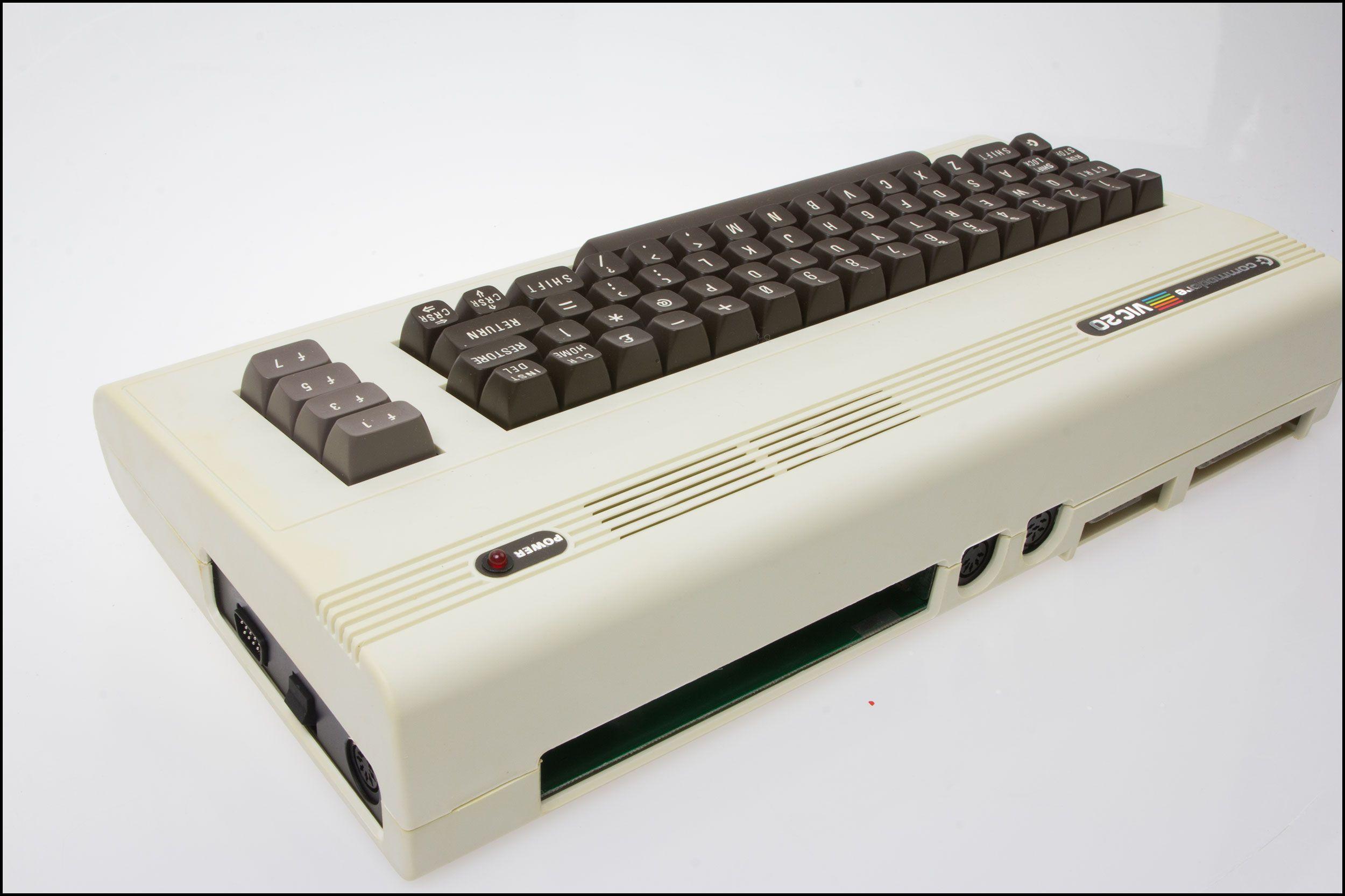 Commodore VIC 20 sett fra baksiden.Foto: Jørgen Elton Nilsen, Hardware.no