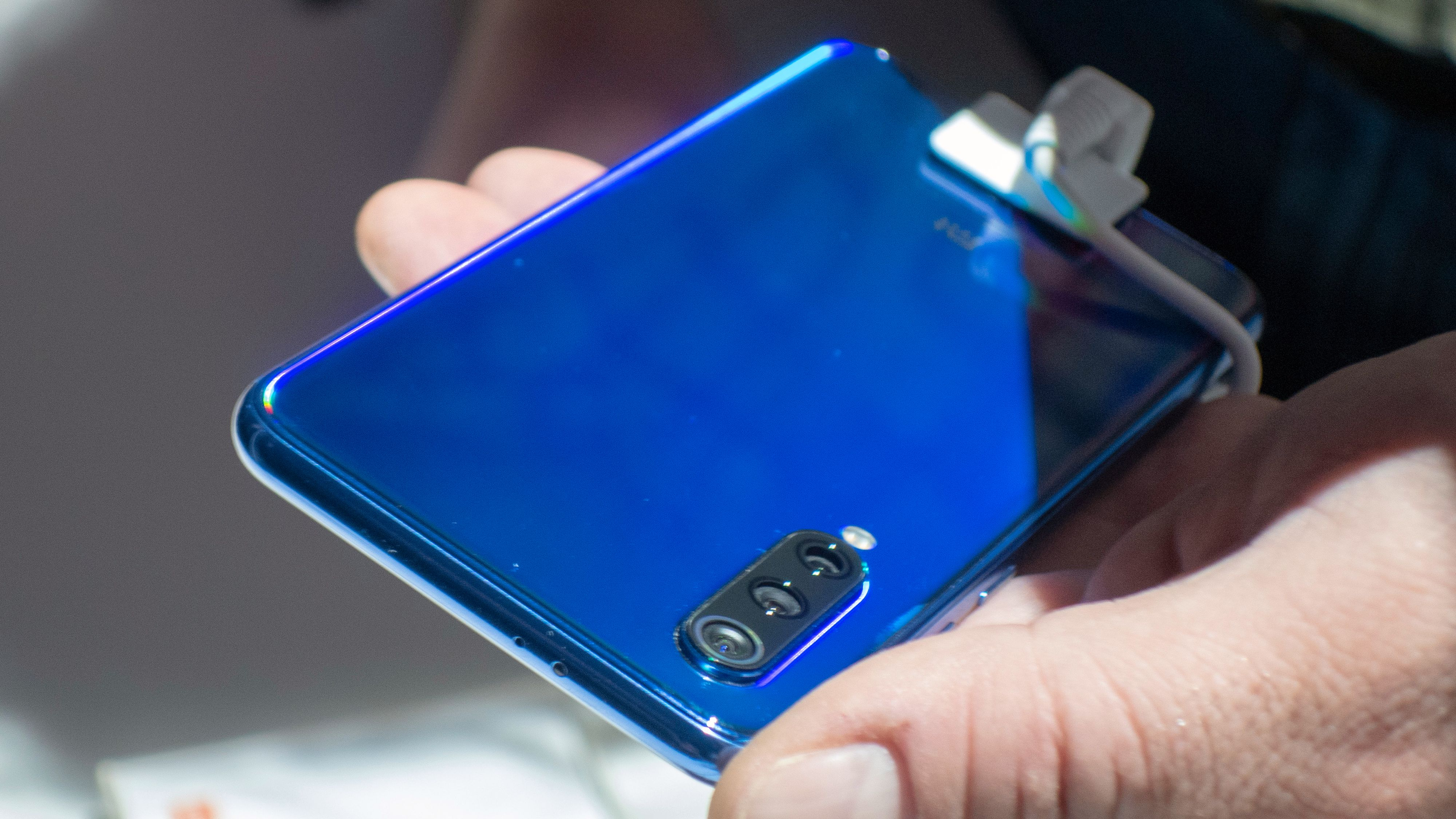 Xiaomi Mi9 kommer blant annet i denne stilige blåfargen.
