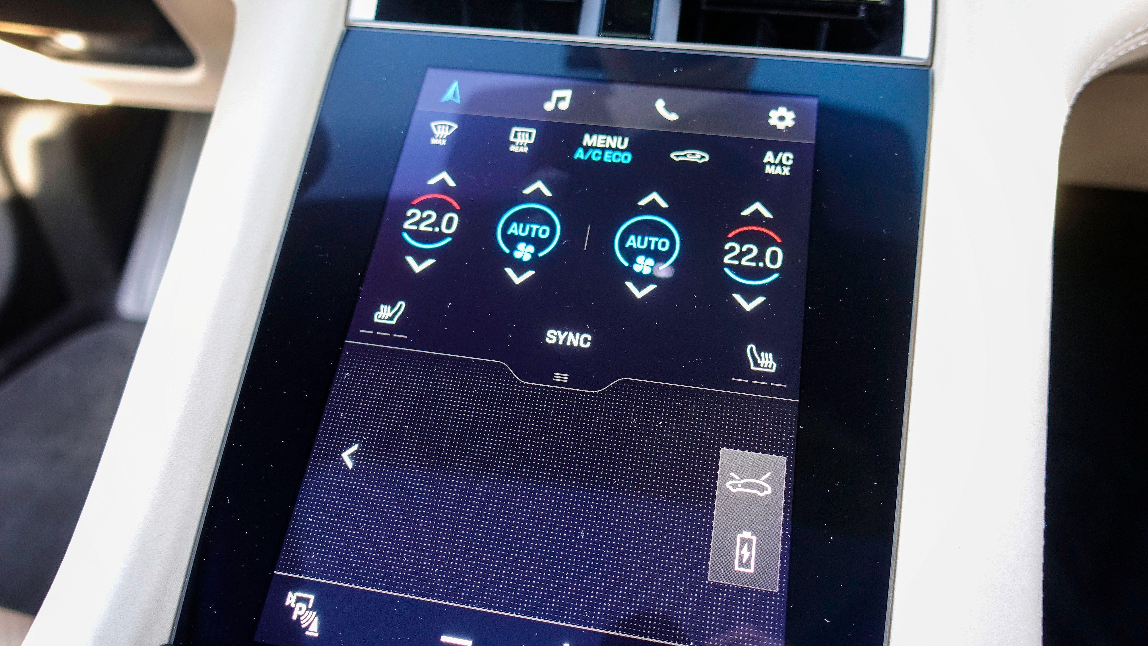 Klimaanlegget styres i hovedsak fra skjermen i midtkonsollen. Den fungerer også som en slags «pekeplate» for skjermen over, om du heller vil styre den på den måten enn å ta på skjermen direkte. Skjermen har også såkalt haptisk feedback, altså vibrerer den lett hver gang du trykker på en «knapp».