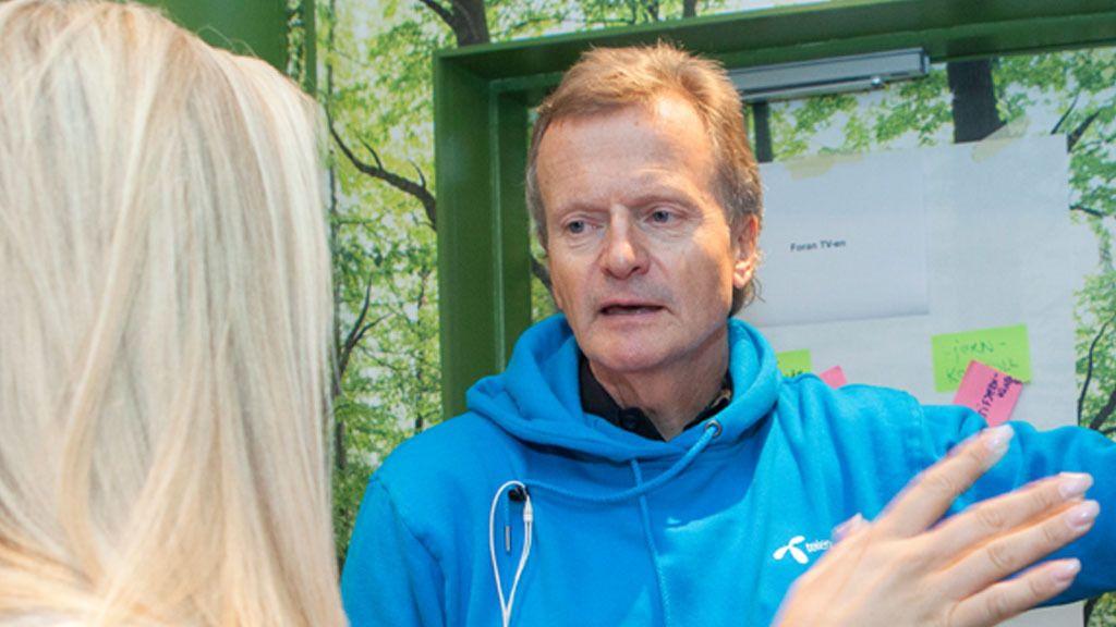 Julia Nyland i samtale med sjefen for Telenor, Jon Feredrik Baksaas.Foto: Tor Lie