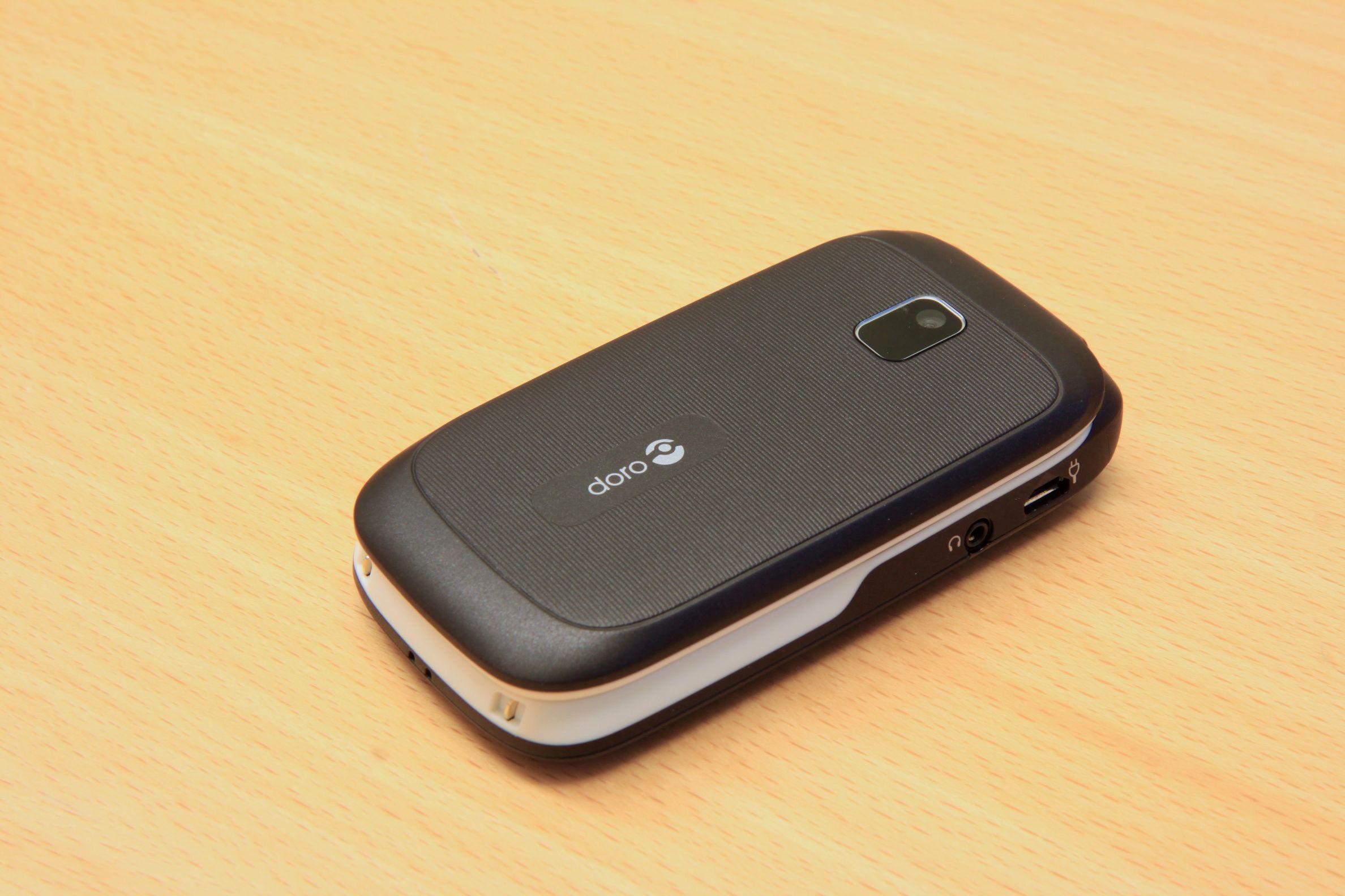 Slik ser telefonen ut når den er slått sammen. En gummiert overflate gjør at telefonen ligger godt i hånden.Foto: Kurt Lekanger, Amobil.no