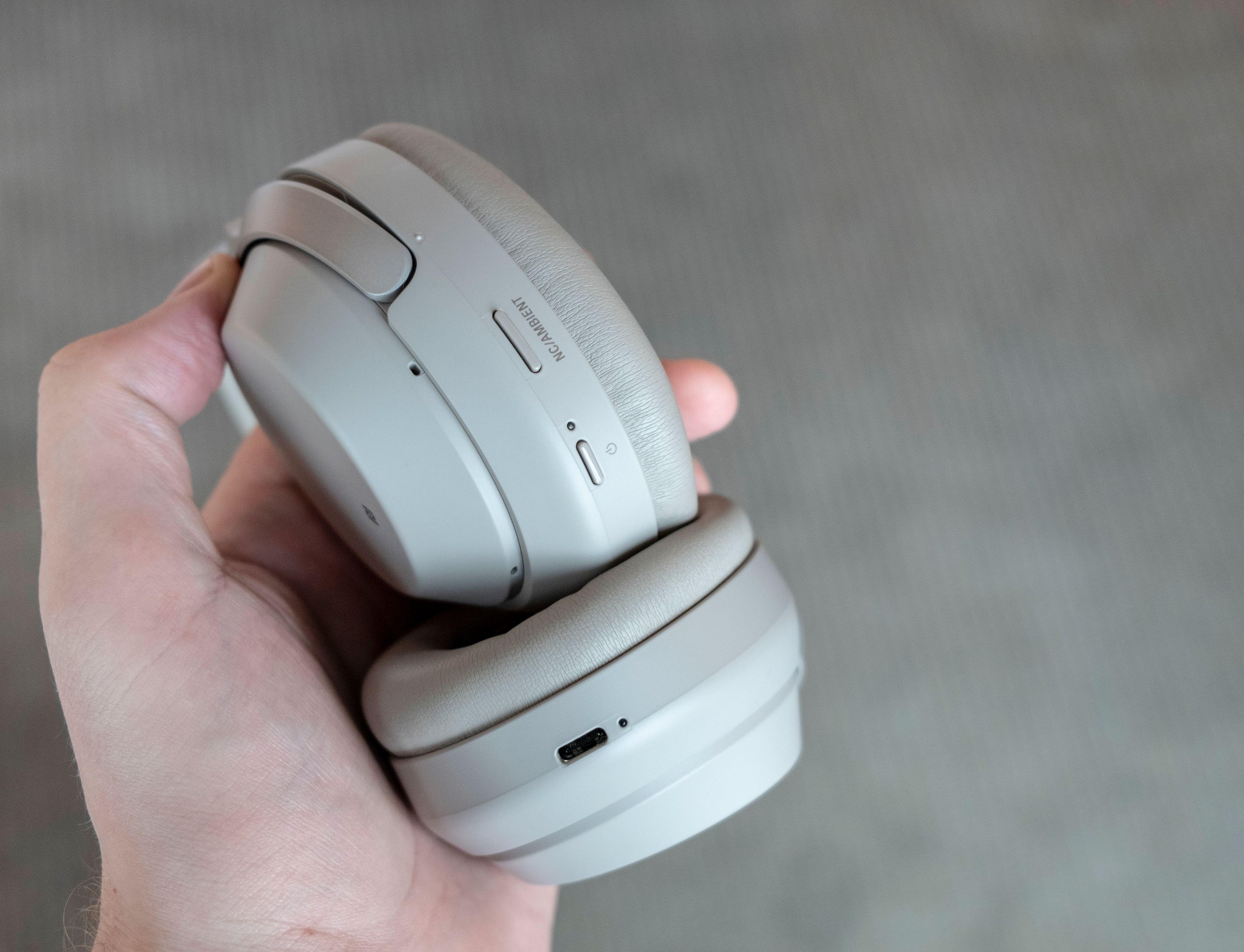 Knappene som lå helt inntil klokkene er byttet ut med utstikkende varianter som er mye enklere å trykke på. USB-C med hurtigladefunksjon er også en kjærkommen forbedring.