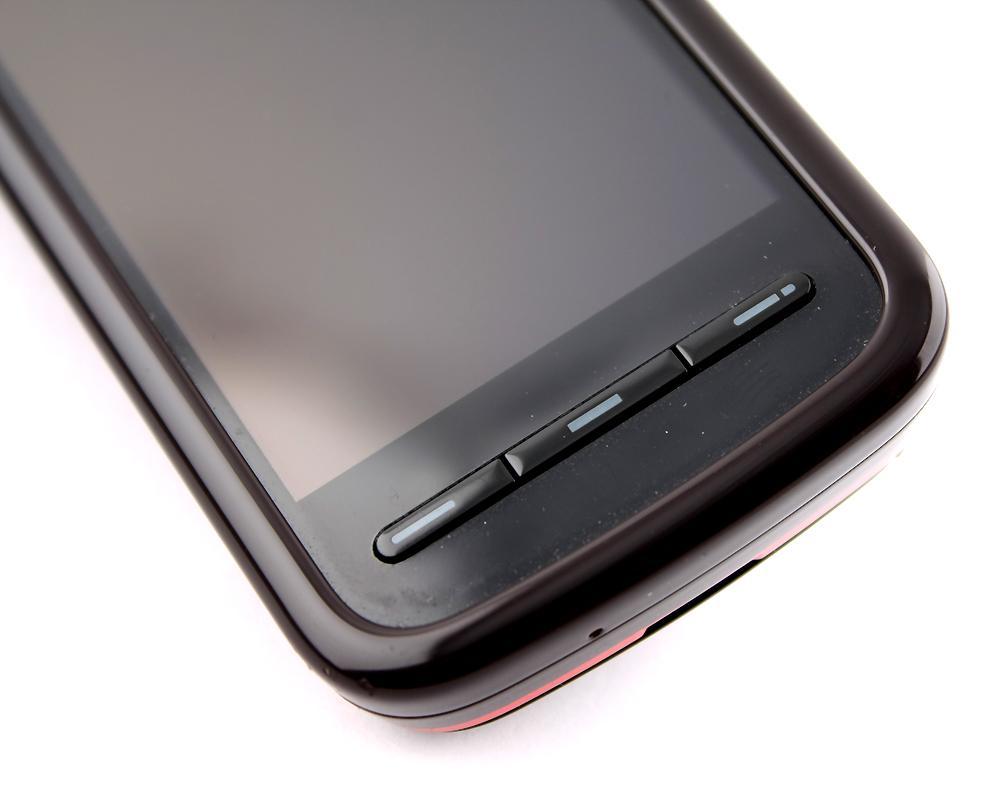 Under skjermen finner du de eneste tastene på fremsiden av telefonen.