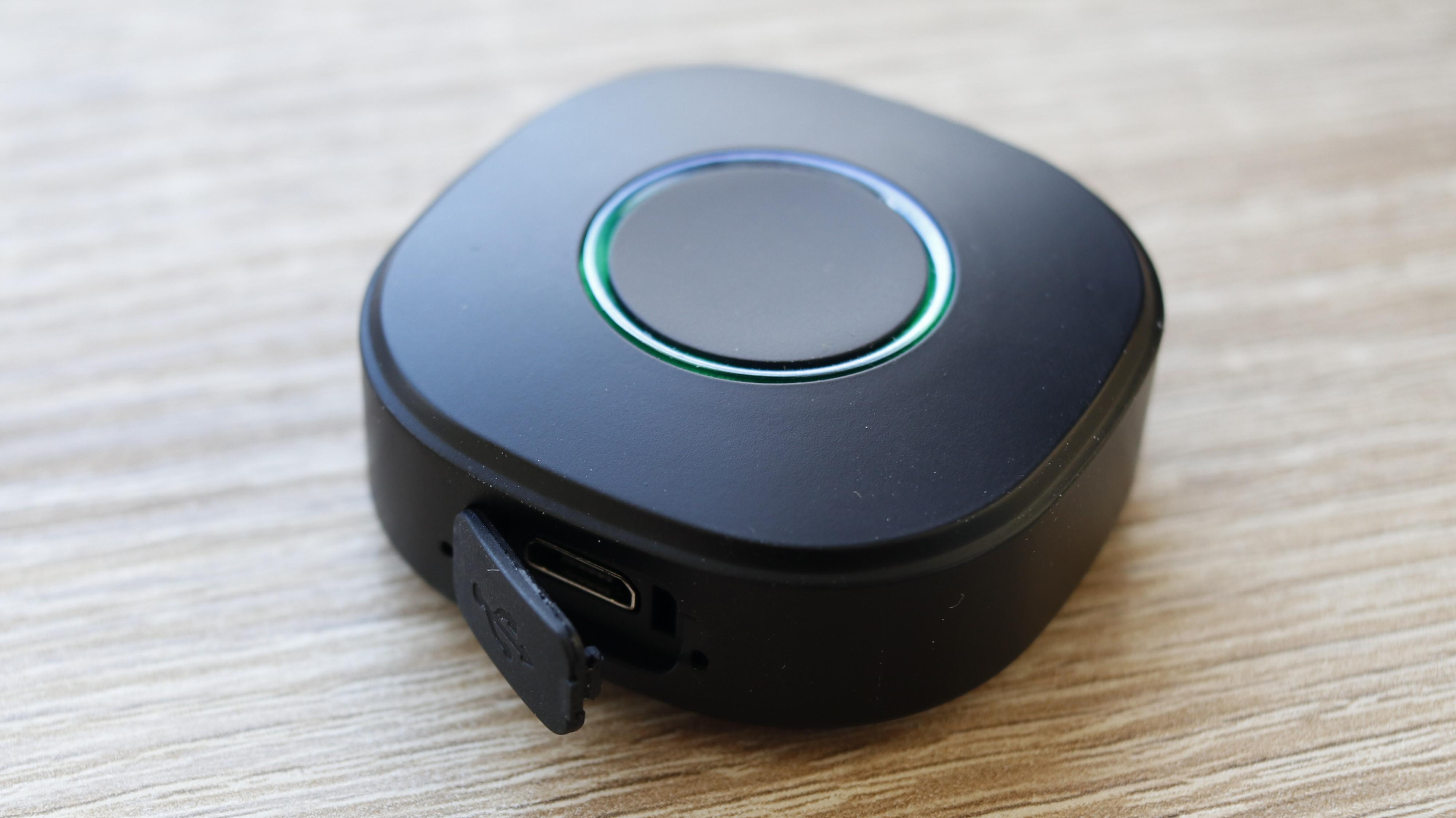Knappen lades via Micro-USB, eller kan være koblet til permanent for å reagere kjappere.
