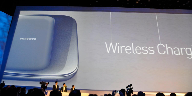 Med trådløs lading skal du kunne lade inntil tre telefoner samtidig ved å legge dem på en matte.