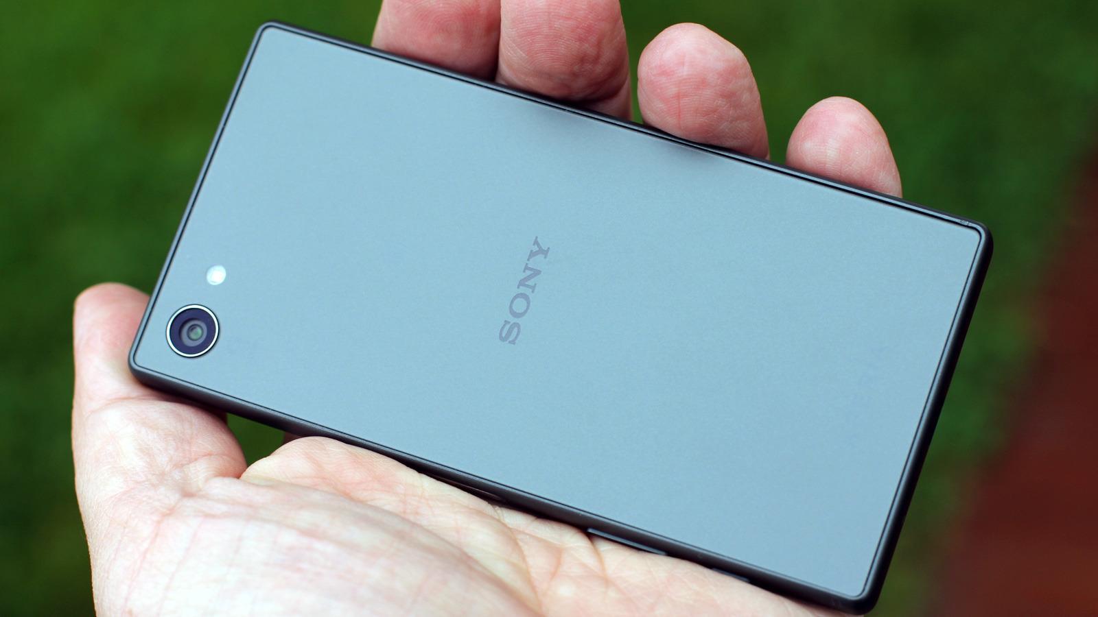 Sonys Xperia Z5 Compact er en knallgod telefon, og prisen nærmer seg det mange arbeidsplasser dekker. Foto: Espen Irwing Swang, Tek.no