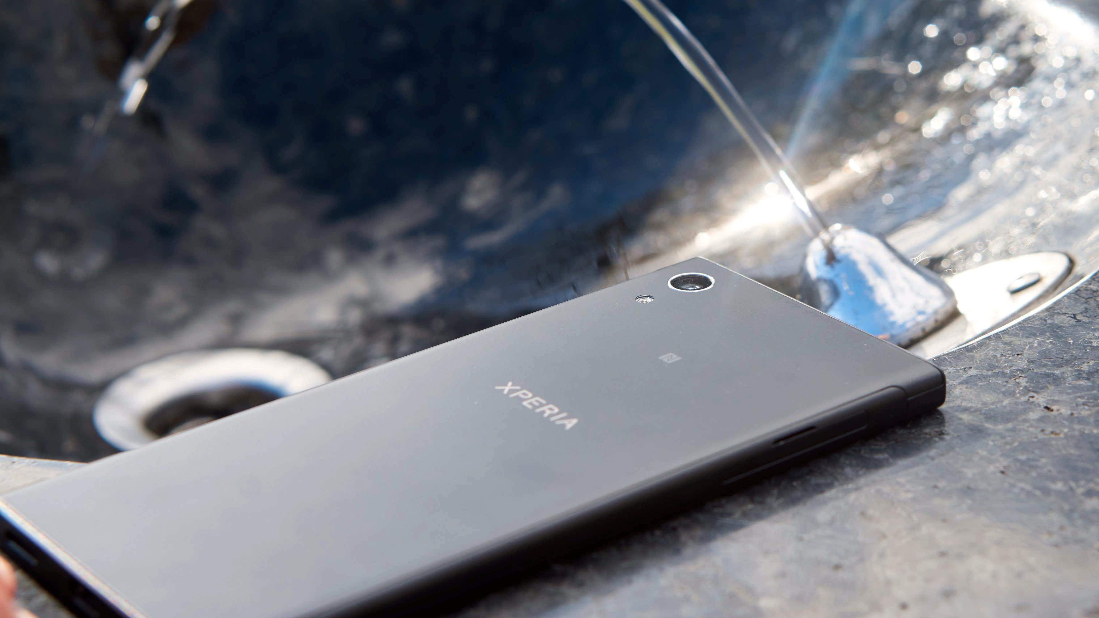 Nei, for 3 000 kroner får du ikke vanntett Sony-mobil. Det du får, er derimot MYE urent trav.