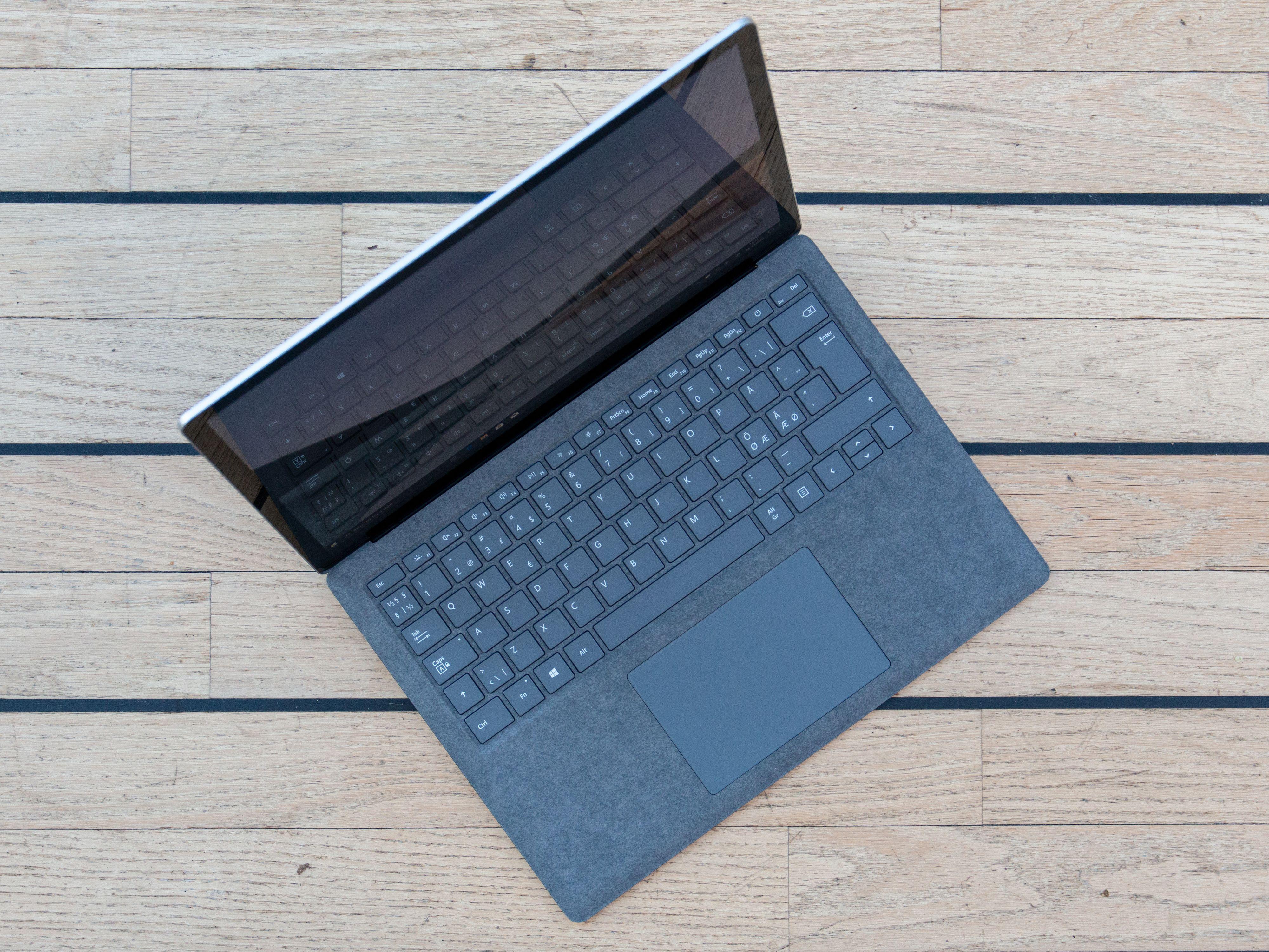 Tastaturet og den store pekeplaten er innertier.