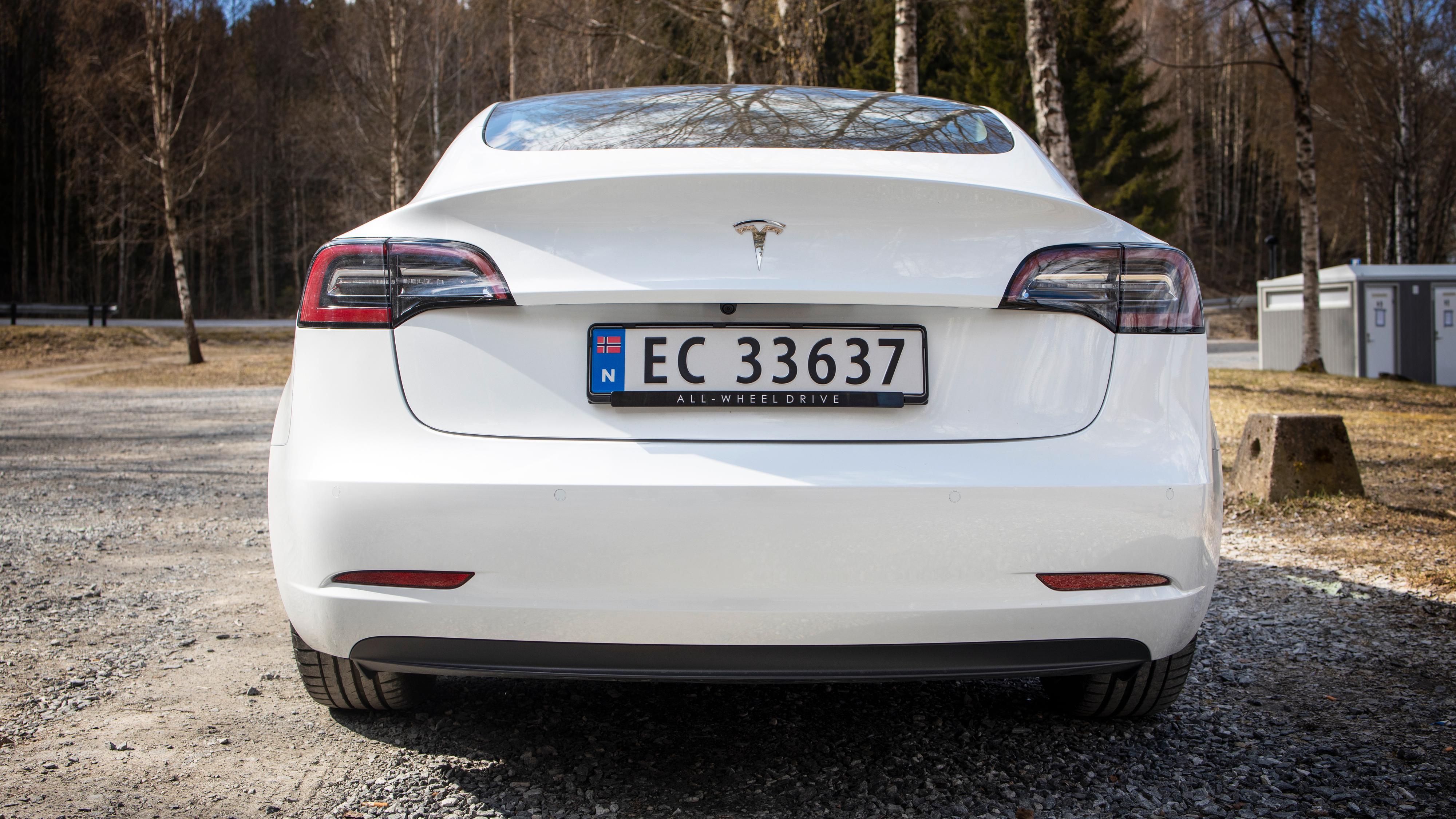 SR+-modellen har ingen spesiell merking bak, slik de øvrige Model 3-utgavene har.