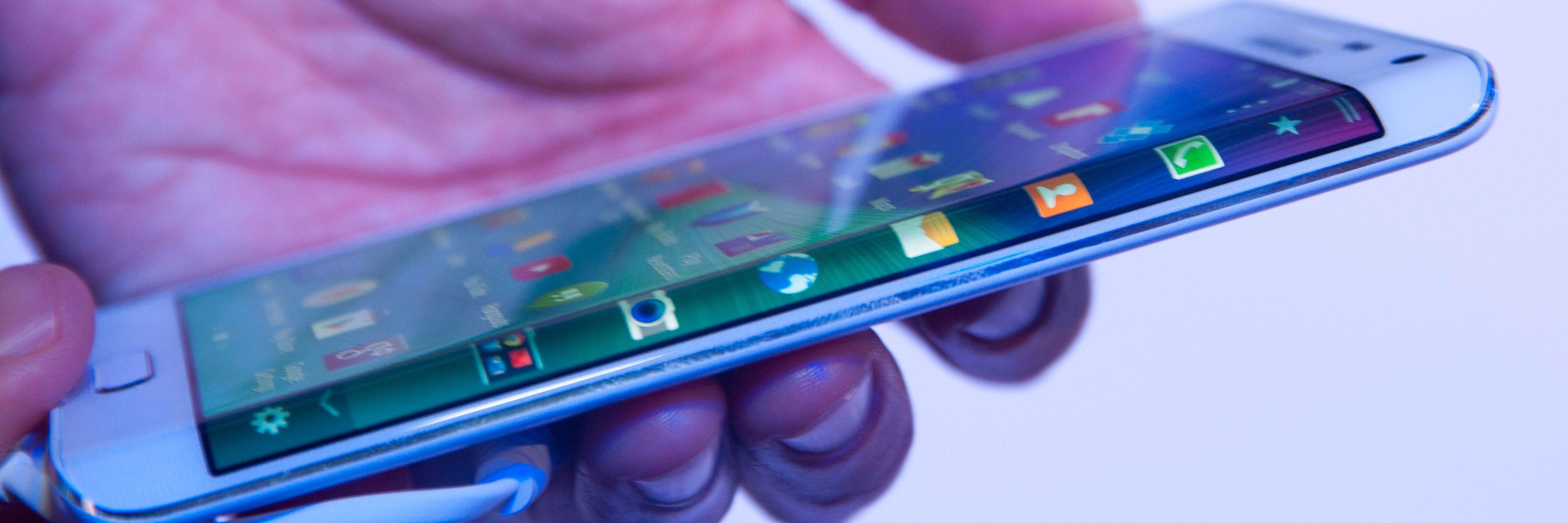 Galaxy Note Edge skal være hovedårsak til at Samsung setter utviklingen av bøyelige mobiler i høygir. Det hjelper nok også å vite at LG jakter på den samme milepælen.Foto: Finn Jarle Kvalheim, Tek.no