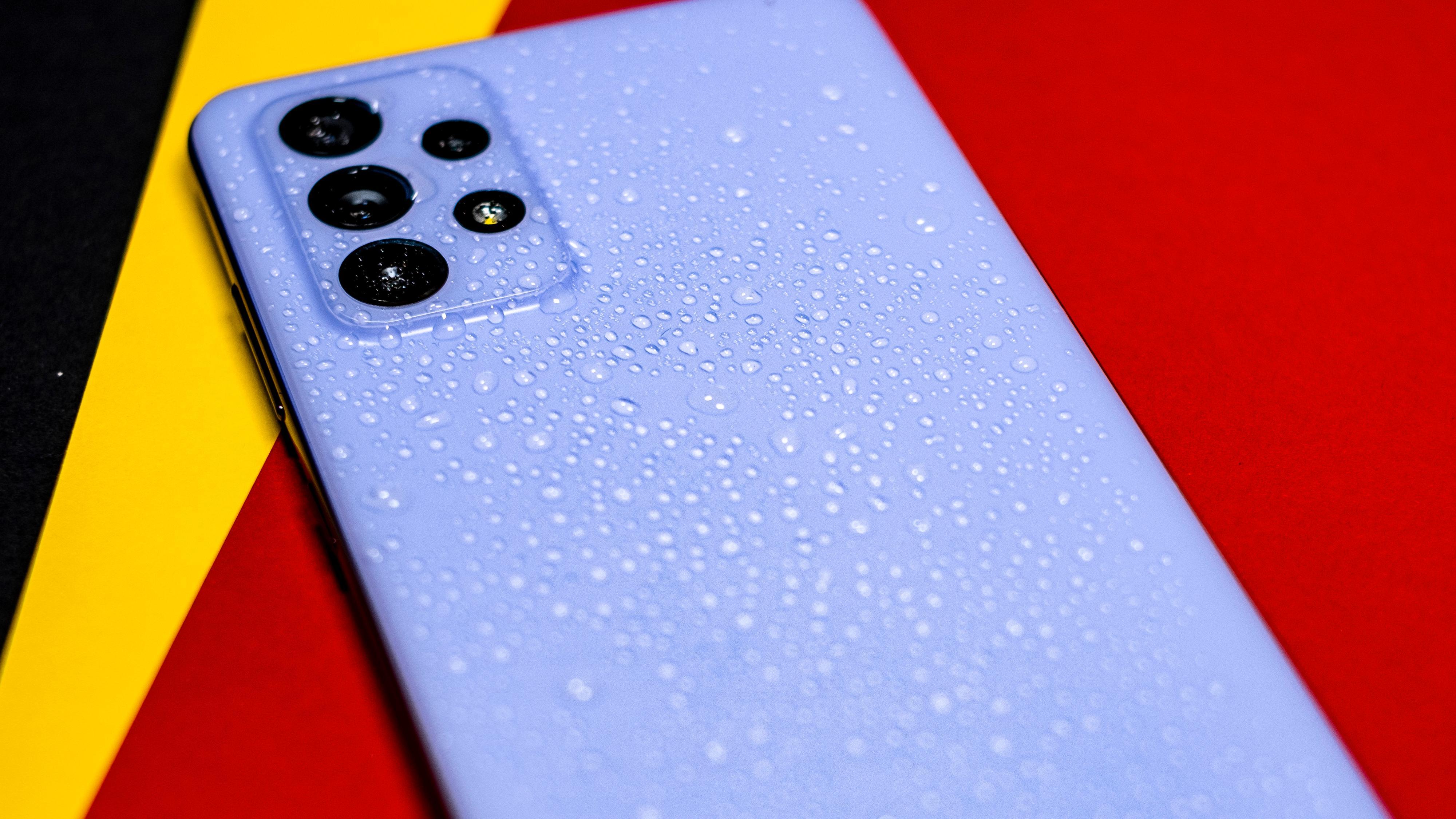 Galaxy A72 er IP-sertifisert og tett. Du kan altså legge den fra deg i regnet uten å være redd for at den drukner.
