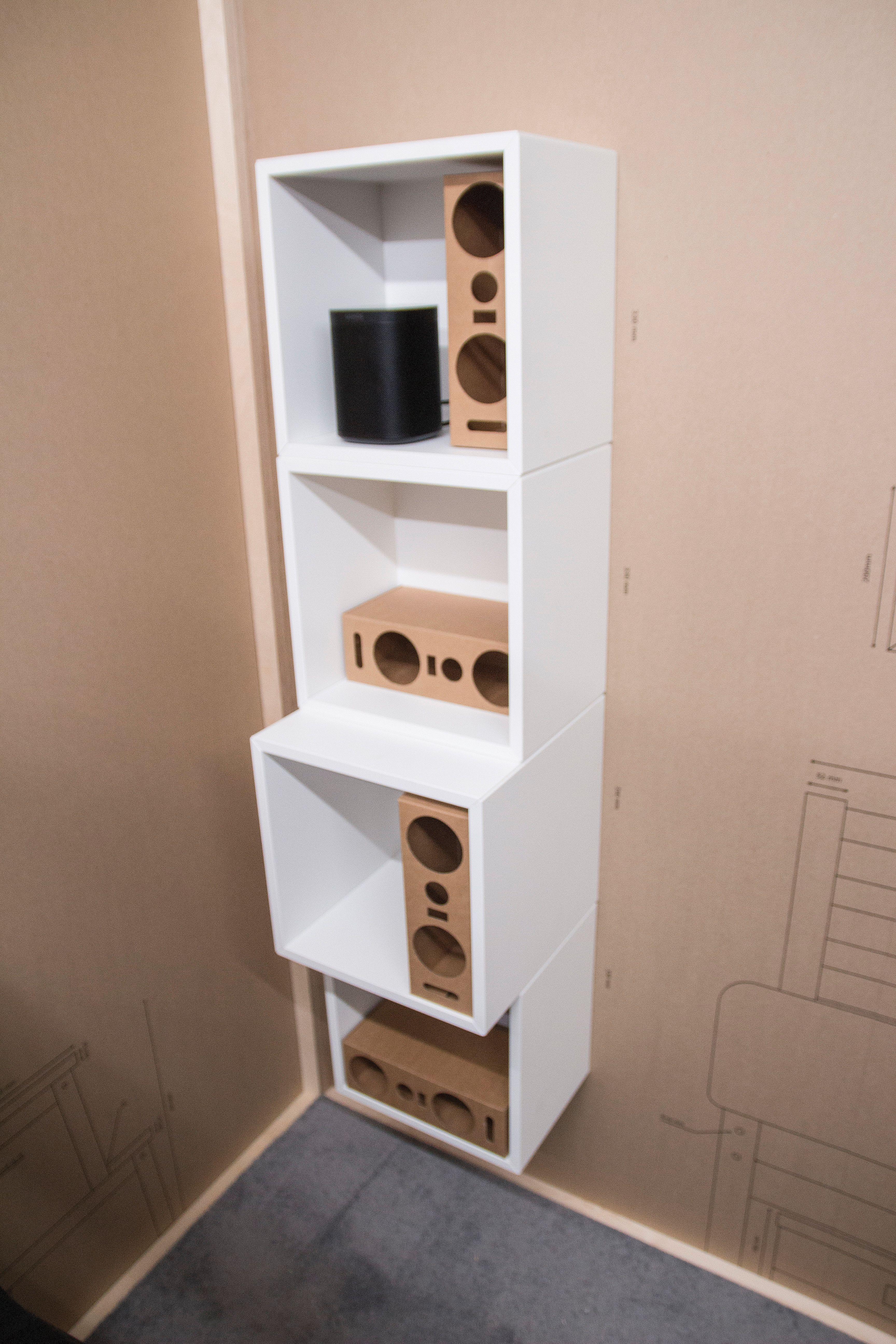 Prototypen av høyttaleren er utviklet for å passe i Ikeas hyllestørrelser, blant annet i Kallax-serien. Øverst en Sonos One.
