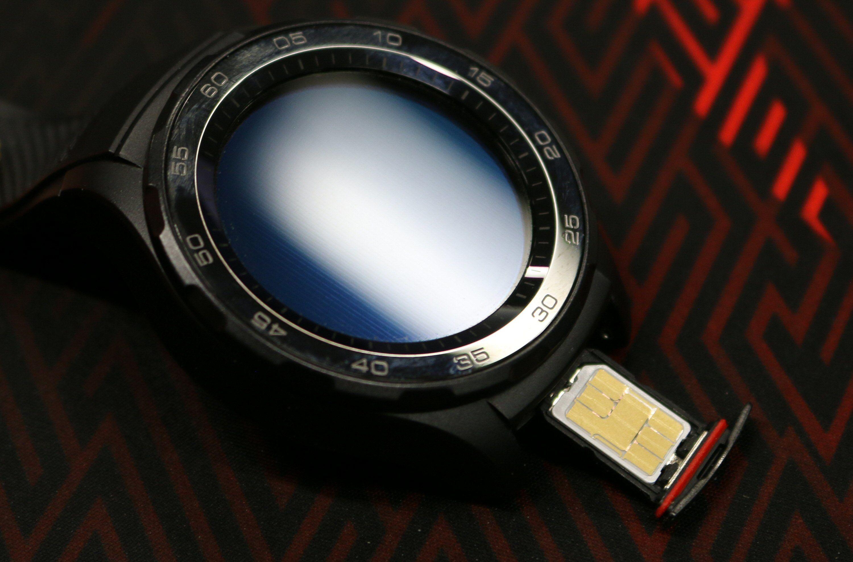 Selv et nano-SIM blir stort når det skal inn i en smartklokke.