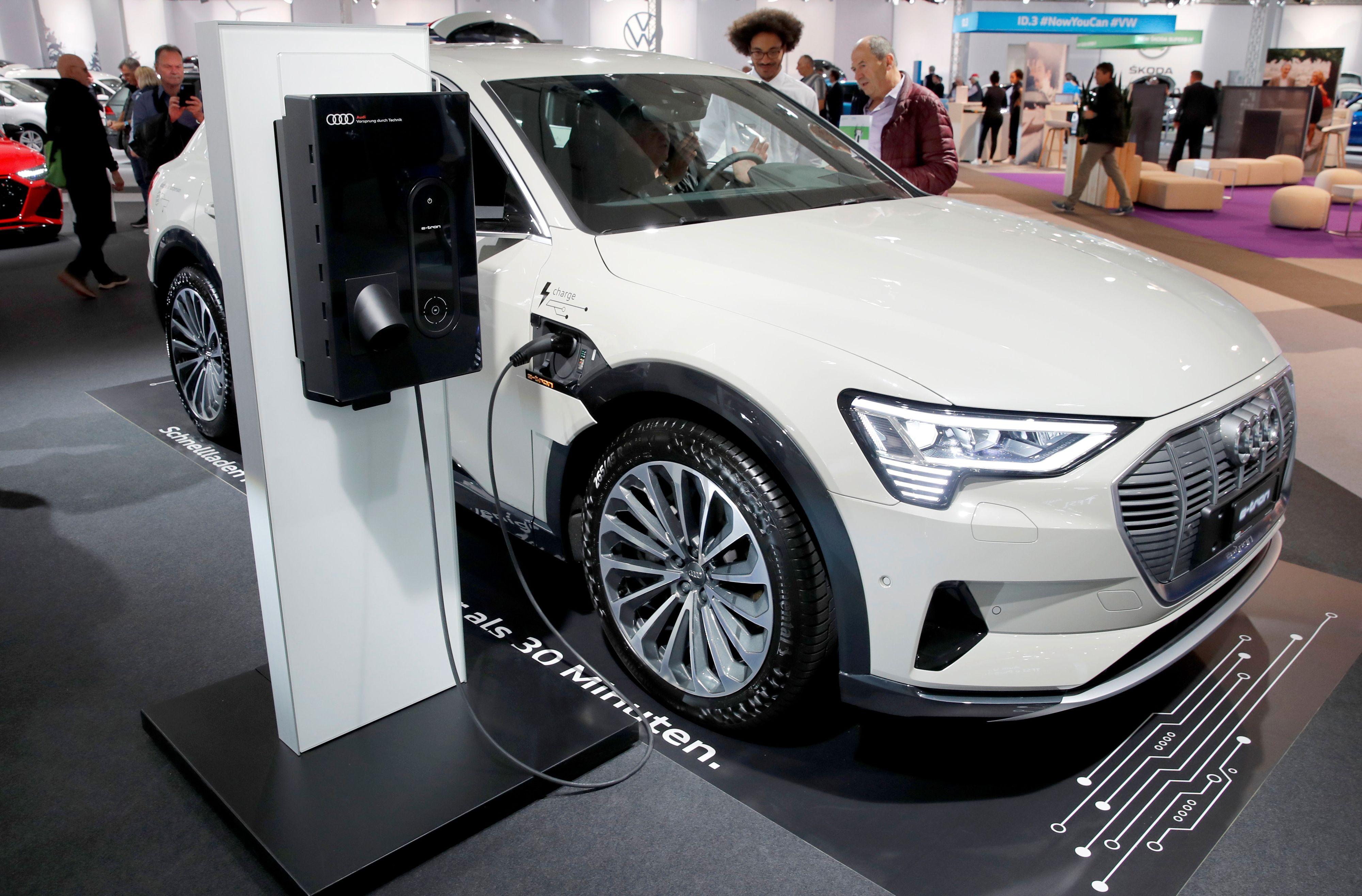 TRØBBEL: Audi har hatt problemer med sin helelektriske SUV. Her er en e-tron på lading under en bilmesse i Zürich torsdag.