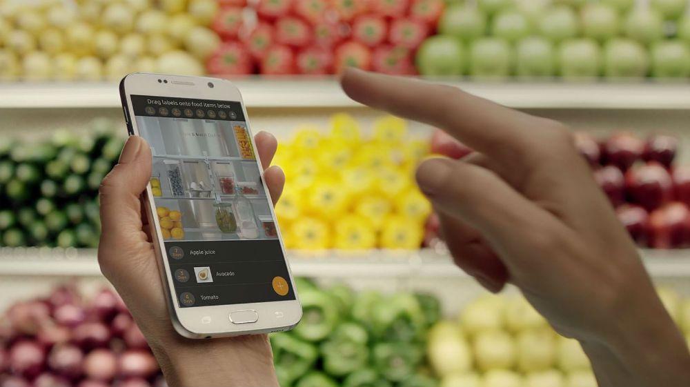 Med en app på mobilen kan du sjekke hva som befinner seg i kjøleskapet hjemme.