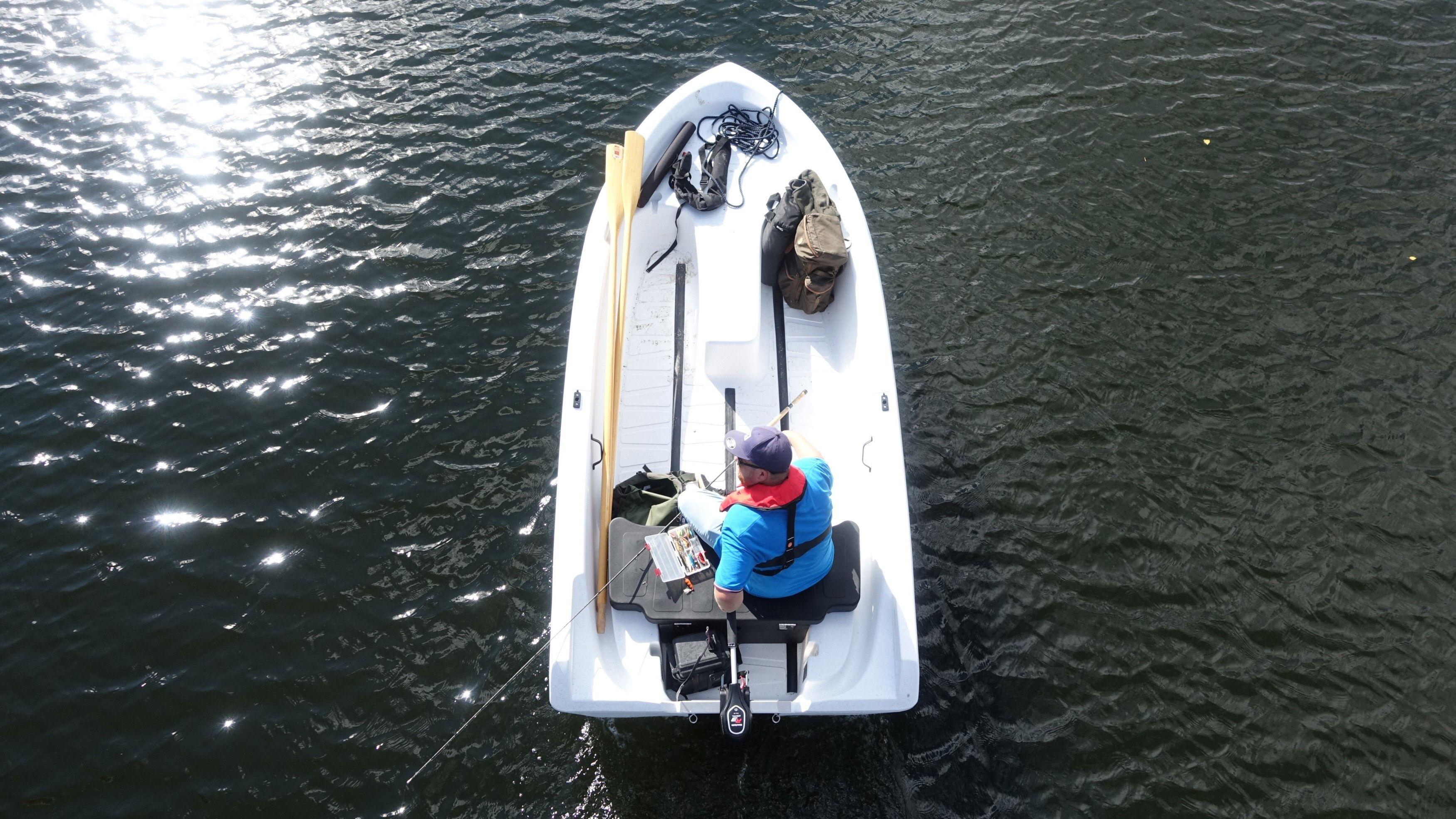 Båten er på 12 fot, og har en god løsning innvendig.