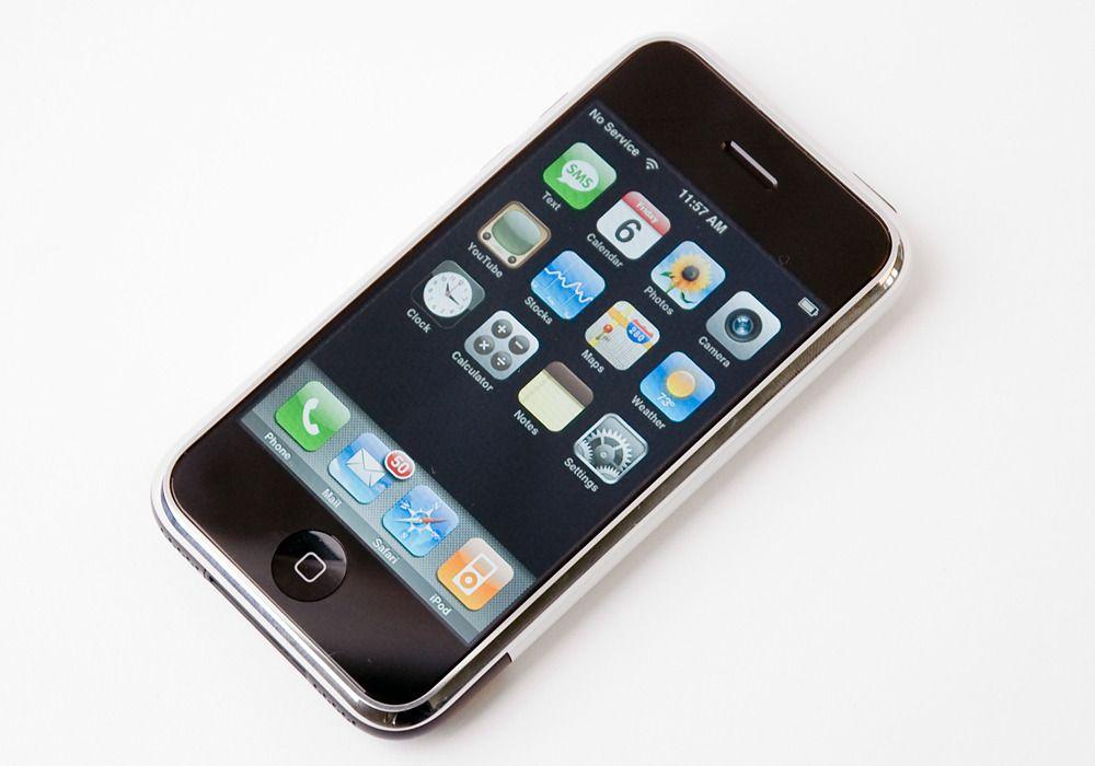 Apples første iPhone kom i 2007 og hadde en skjermoppløsning på 320 x 480 punkter. Siden skjermstørrelsen var på bare 3,5 tommer var pikseltettheten faktisk like høy som på dagens 4K-skjermer til PC.