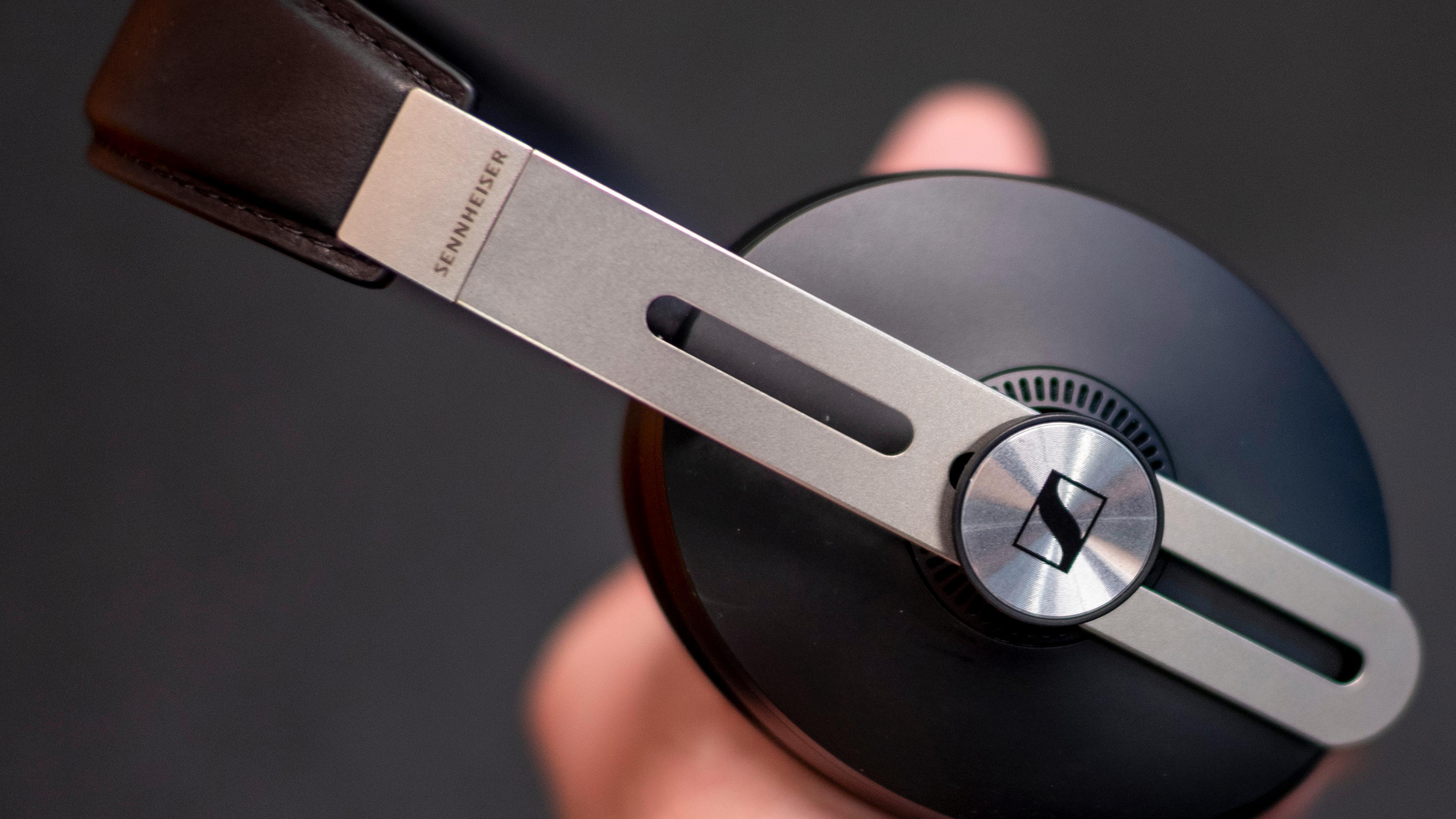 Sennheisers Momentum-klokker har hatt samme type design helt siden de kom. Det ser litt ekstra robust ut, og det føles også velbygget.