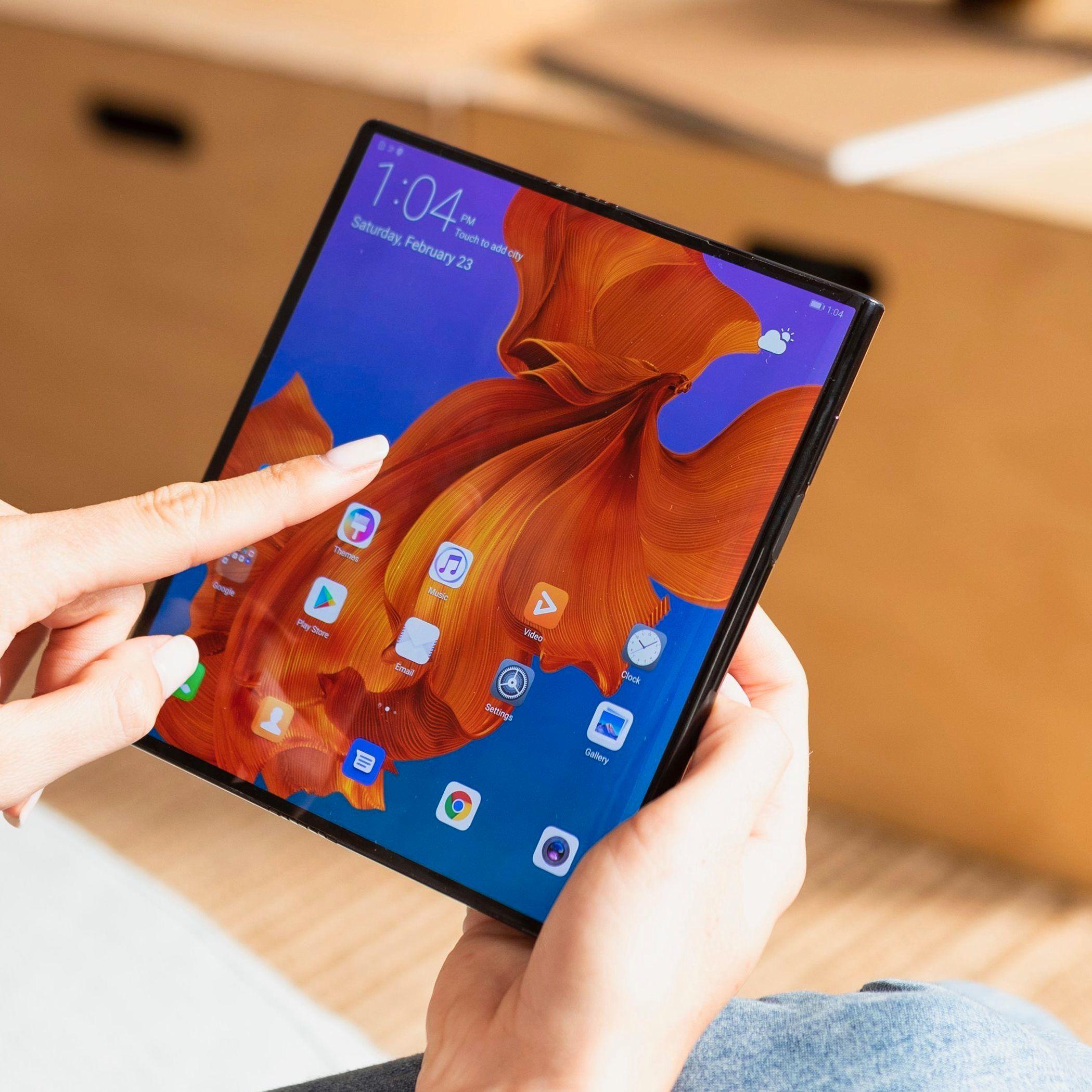 Huawei og Qualcomm skal levere mobilene som brukes i testnettet. Her er nylanserte Mate X som kommer med støtte for 5G i løpet av året.