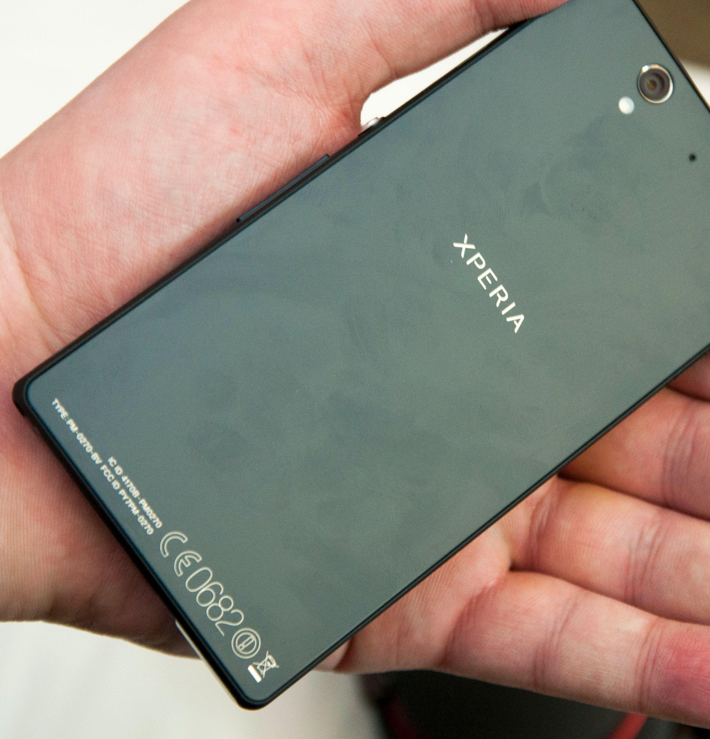 Baksiden på Sony Xperia Z er dekket i herdet glass.Foto: Finn Jarle Kvalheim, Amobil.no