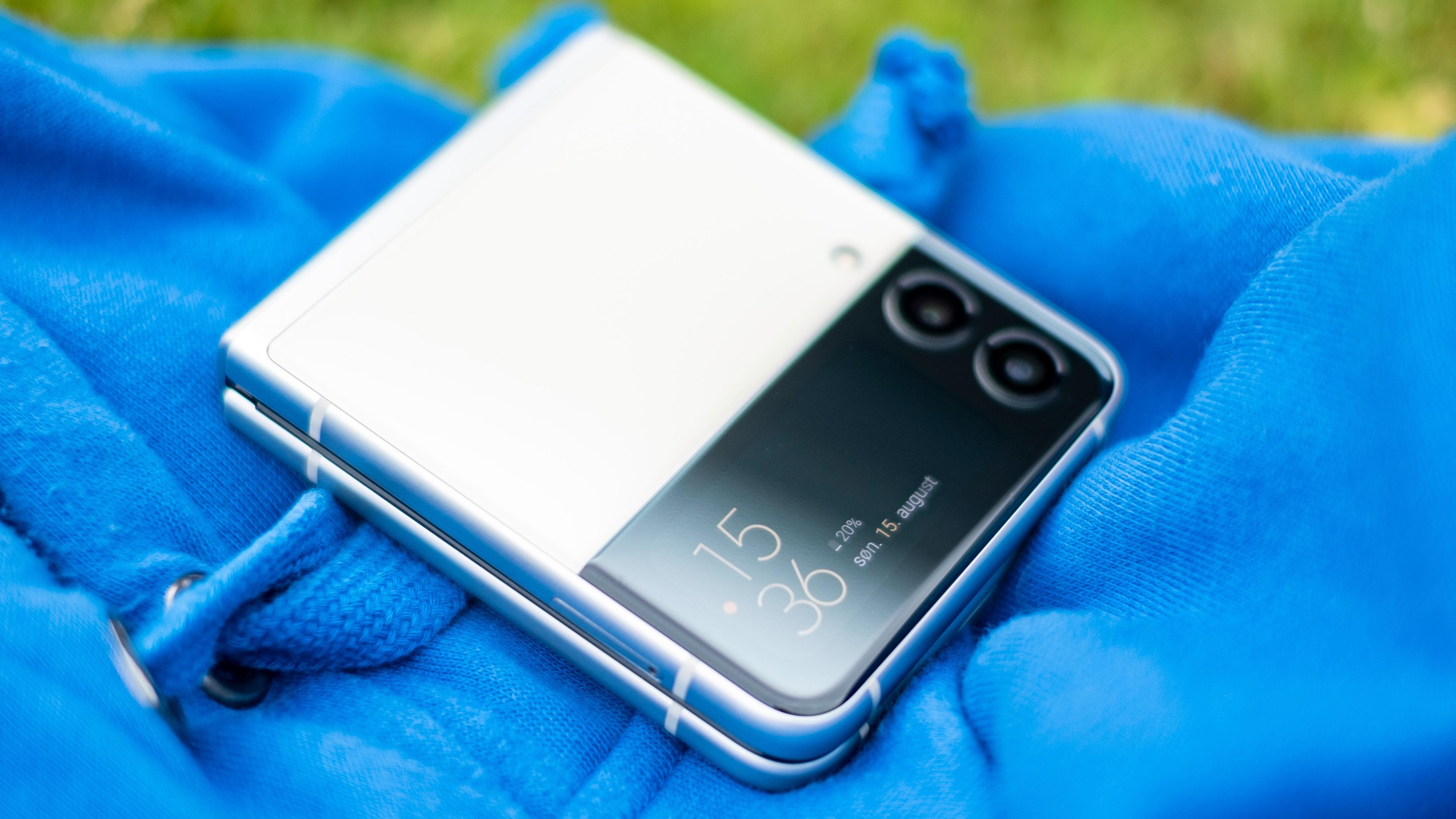 Galaxy Z Flip 3 er tredje generasjon brettemobil fra Samsung. På tre generasjoner har de fått formfaktoren til å gå fra katastrofal til helt utmerket.