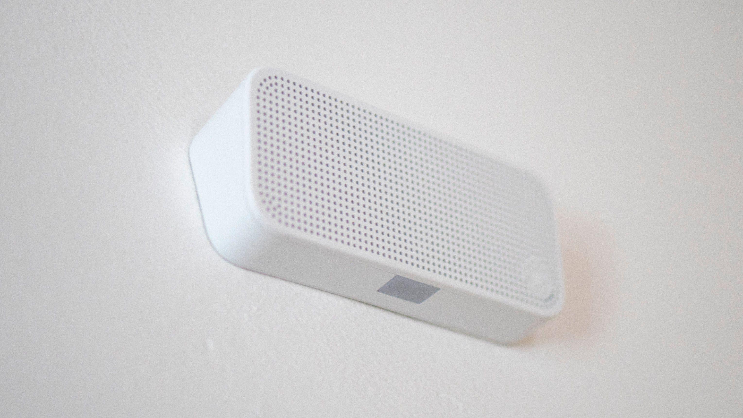 Denne høyttaleren gjør det enkelt for Verisure å kommunisere med deg når alarmen er utløst.
