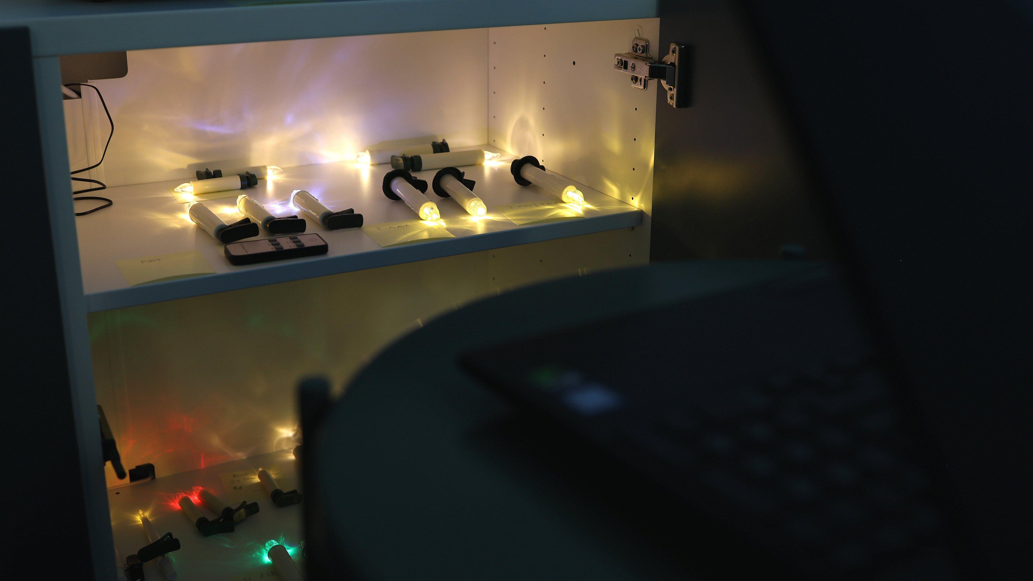 Sakte-TV à la Tek: For å kunne «kikke innom» lysene med mer eller mindre jevne mellomrom, har vi satt opp en bærbar PC som strømmer det hele ut på en Twitch-kanal. Juletrelys minutt for minutt, altså.