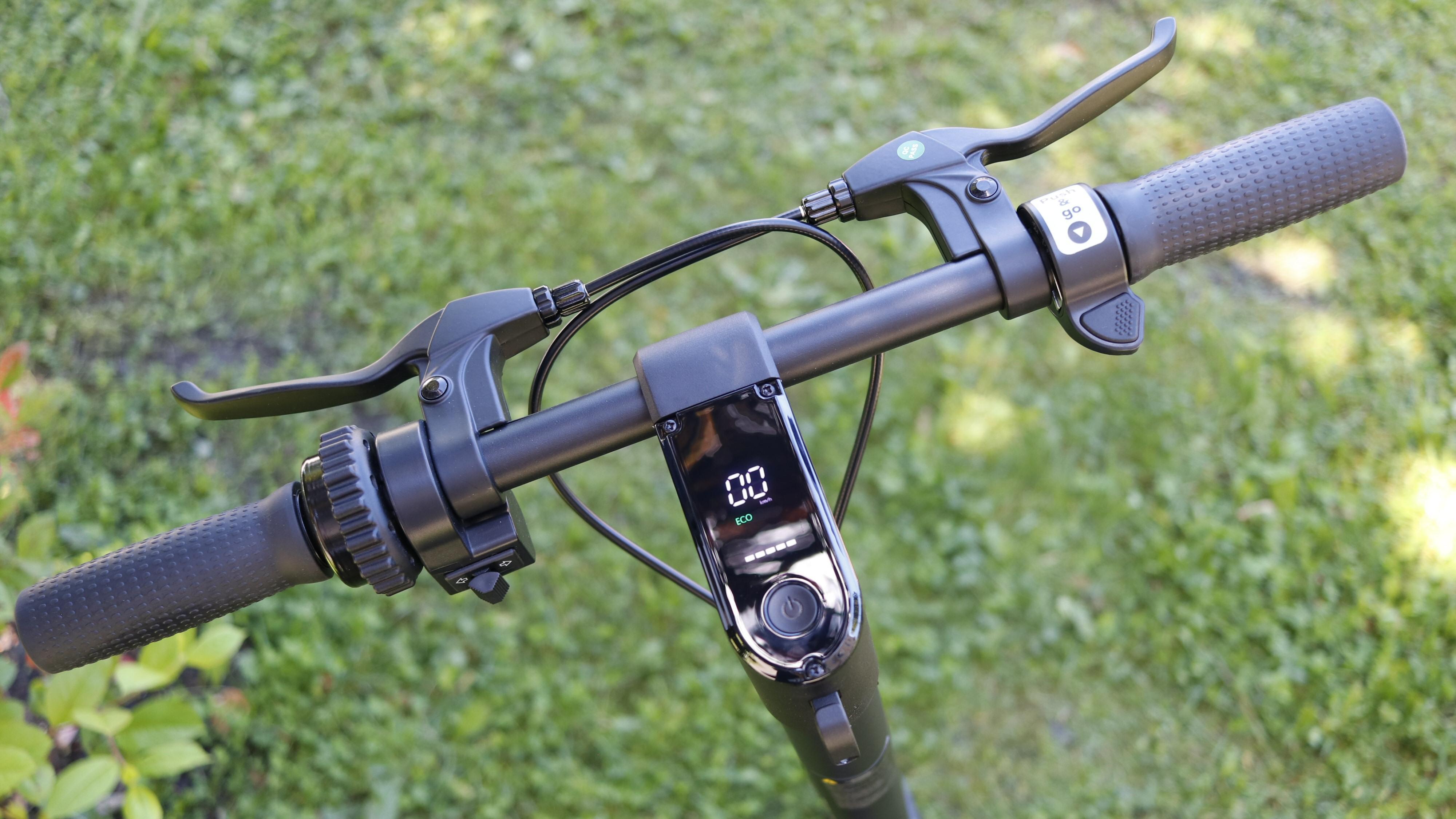 Bydue S1 har et klart og tydelig display, bjelle, blinklys og to skikkelige bremsehåndtak.