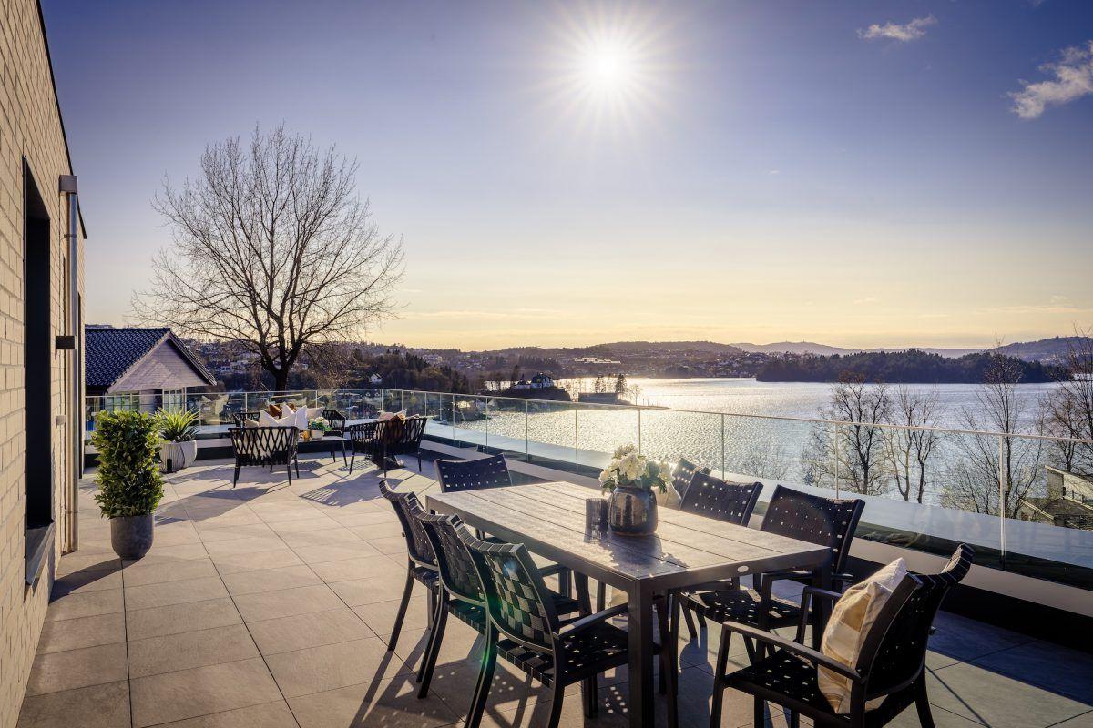 SOLRIKT: Fra leilighetenes terrasser kan du nyte solen ut i kveldstimene.