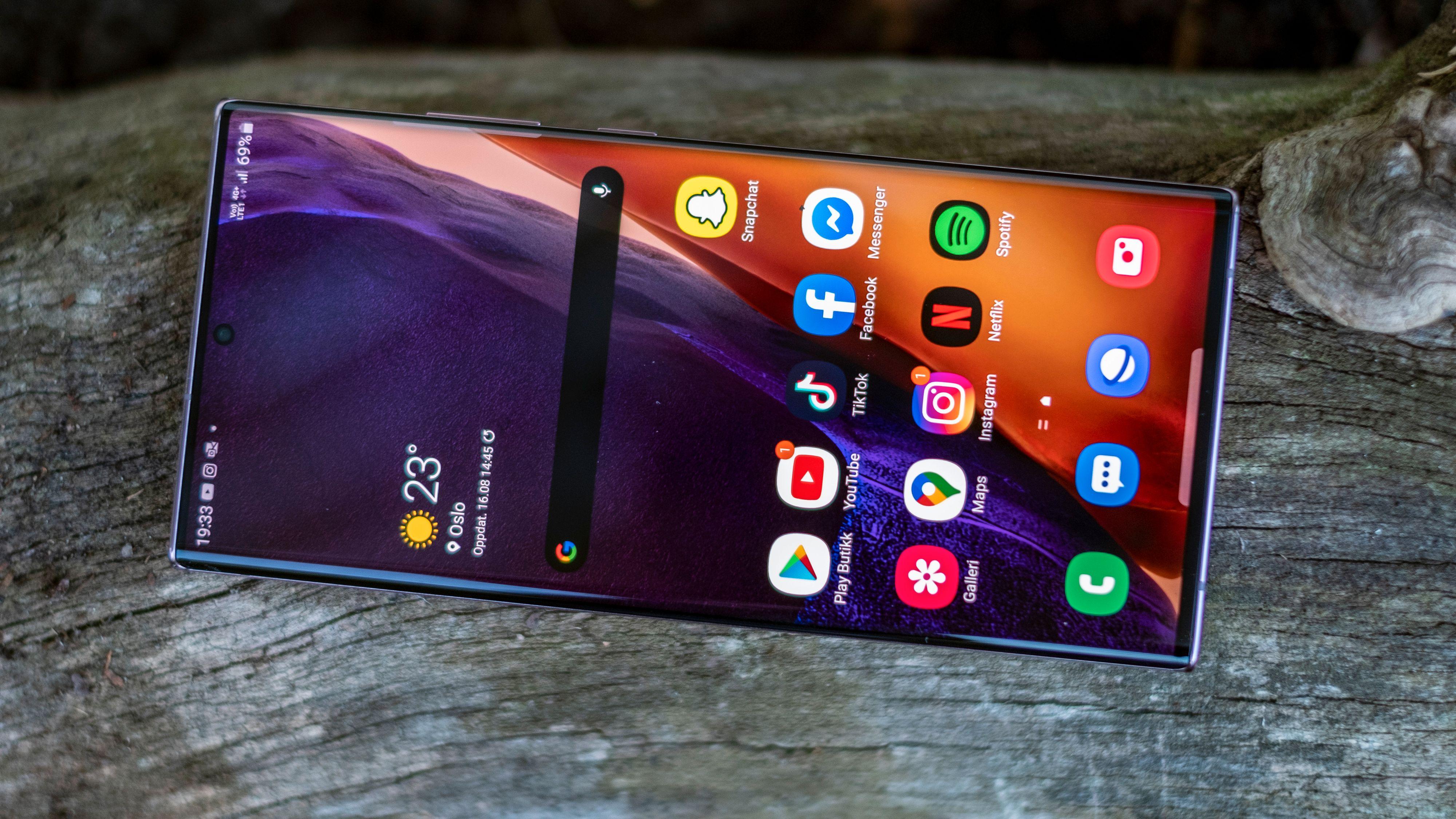 Samsung har laget den sannsynligvis beste skjermen vi har sett i noen mobil. Her kan de kunsten å lage lyssterk, fargeriktig og behagelig skjerm å se på til fingerspissene.