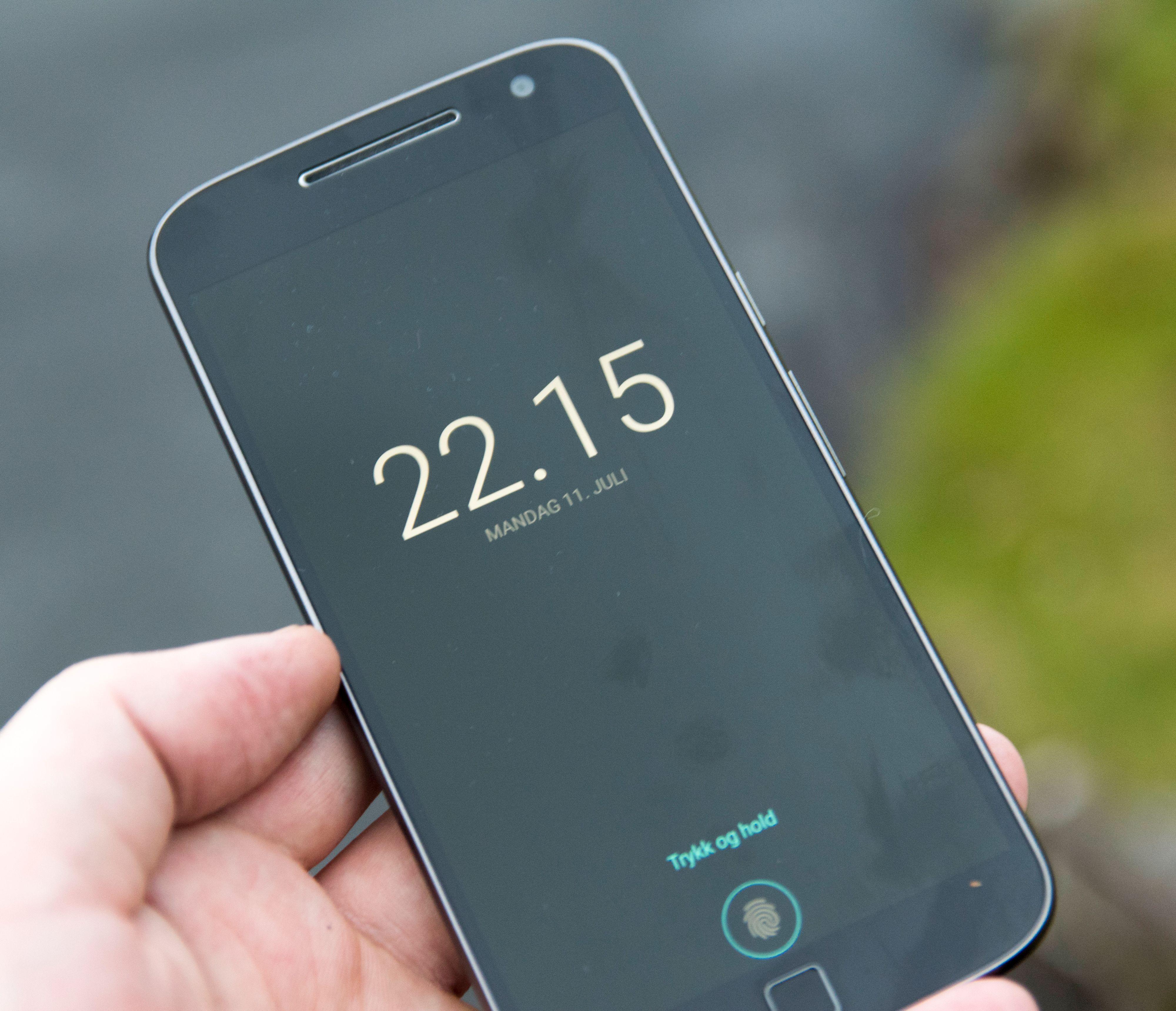 Skjermen viser klokkeslett og varslinger dersom mobilen plutselig flytter på seg. Dette kan du velge å skru av helt, eller begrense tidsområdet for.
