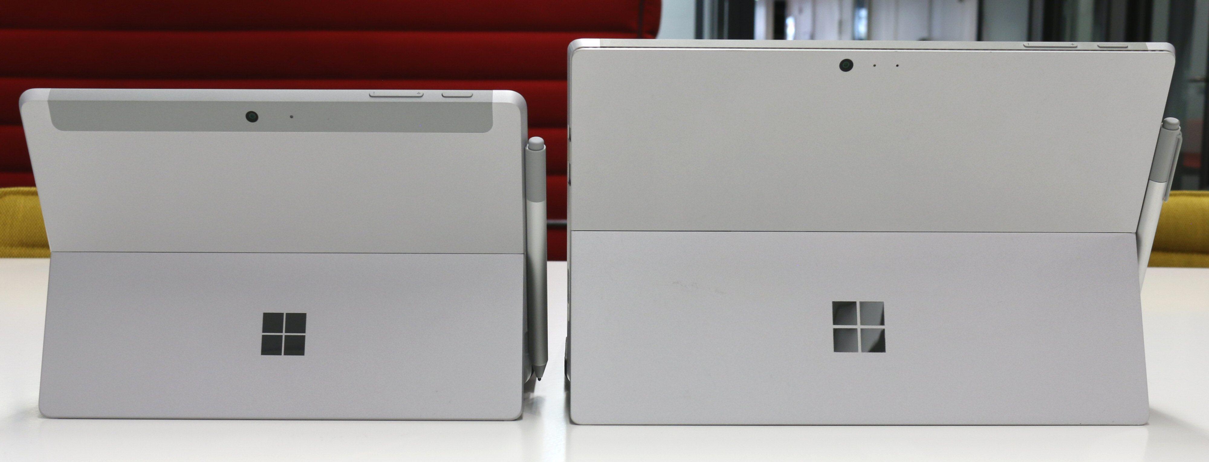 Første generasjon Surface Go og Surface Pro. Den nye Surface Go 2 er nøyaktig like stor som forgjengeren.