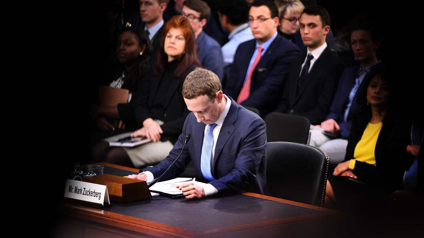 2018 har vært et tungt år for Facebook-sjefen Mark Zuckerberg. Her under høringen i det amerikanske senatet etter Cambridge Analytica-skandalen.