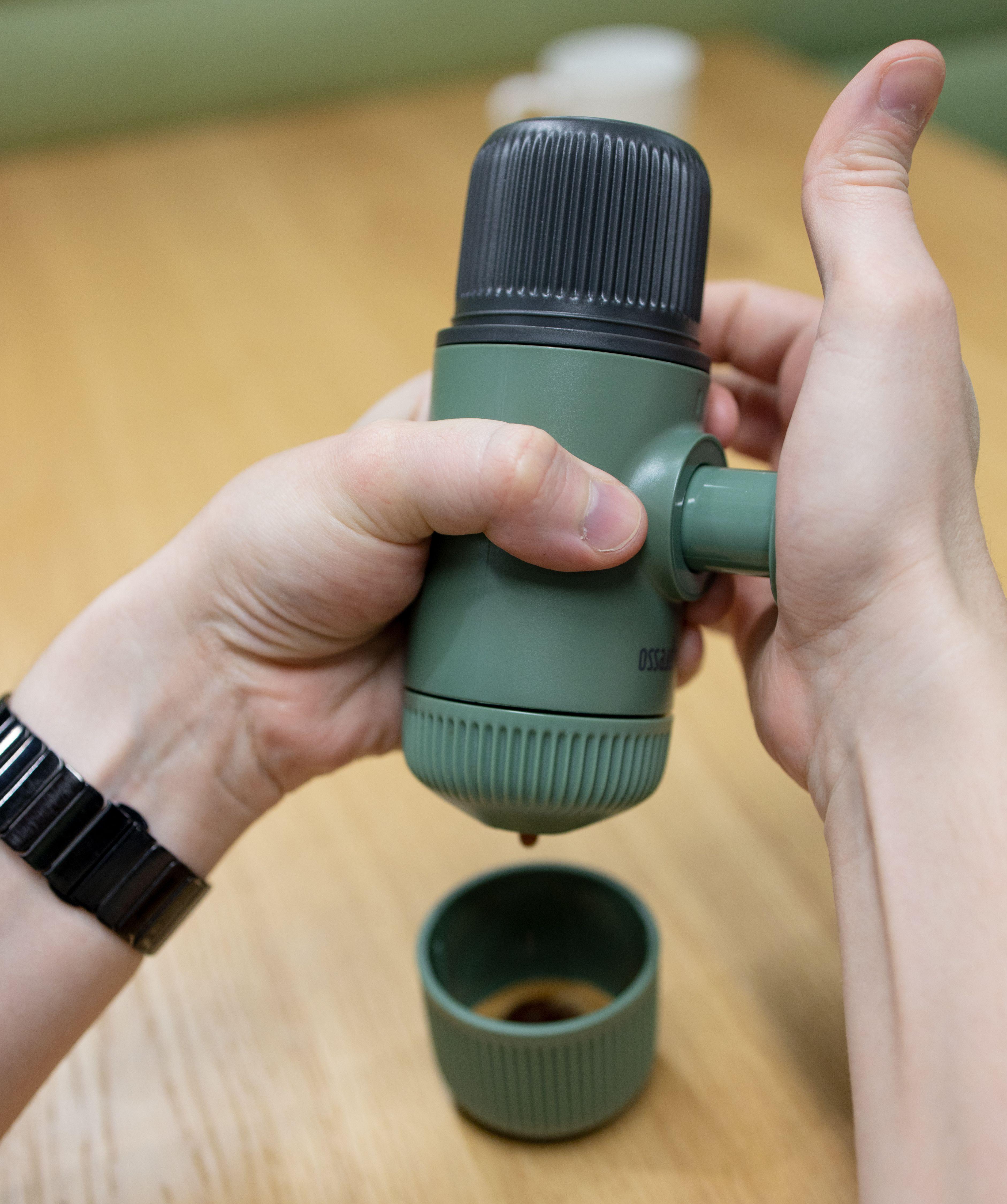 Her pumper vi opp trykk slik at vannet i toppen presser seg gjennom kaffen i den nedre delen av Nanopresso og ut i koppen.