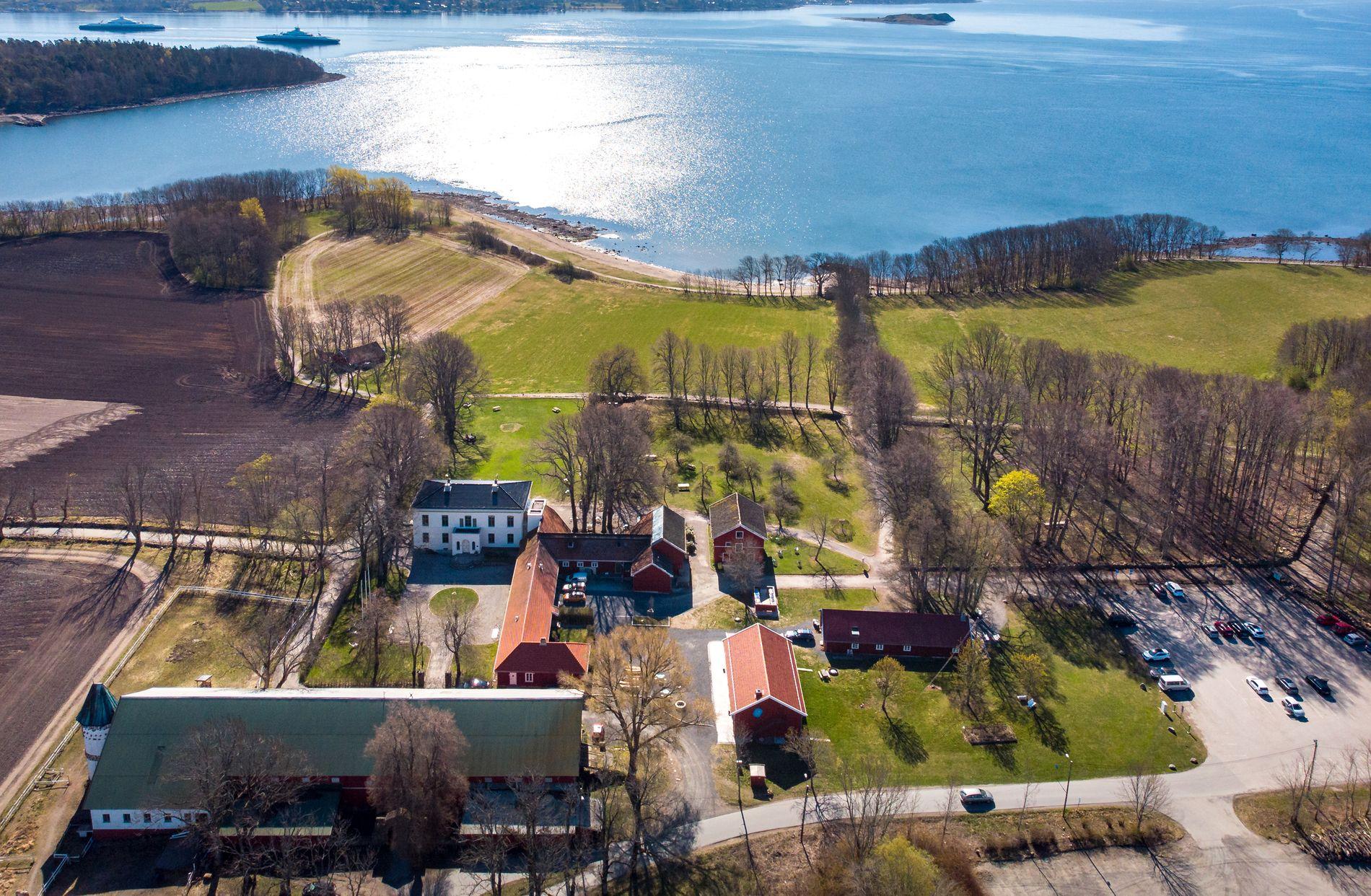 HISTORISK: Alby gård er den eldste gården på Jeløy, med røtter tilbake til vikingtiden. I den hvite hovedbyningen holder Galleri F 15 til.