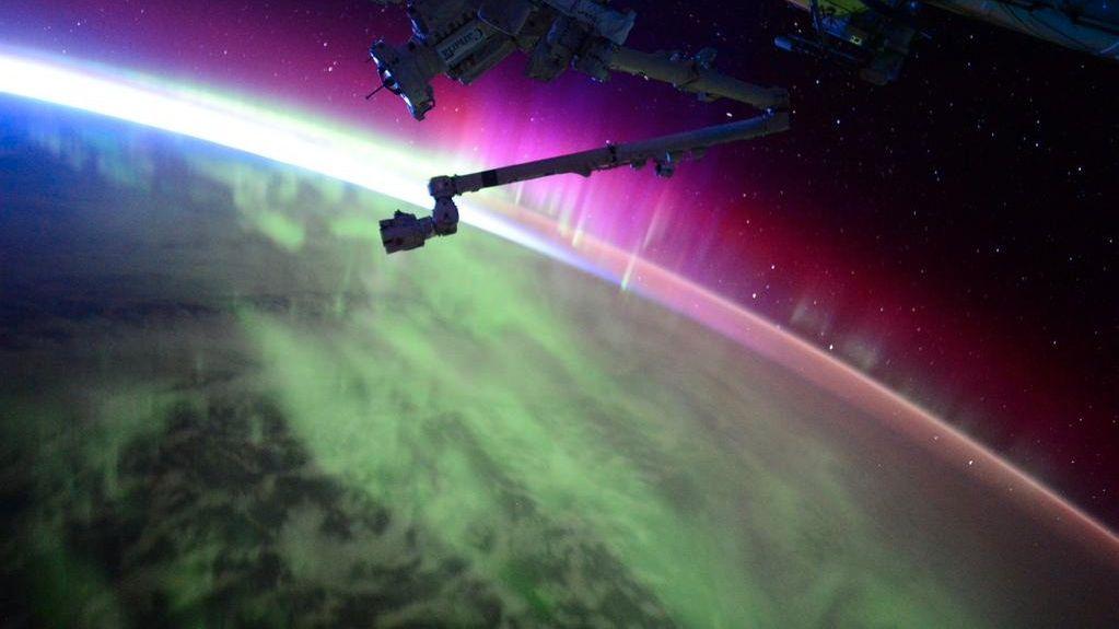 Slik ser nordlys og soloppgang ut fra verdensrommet