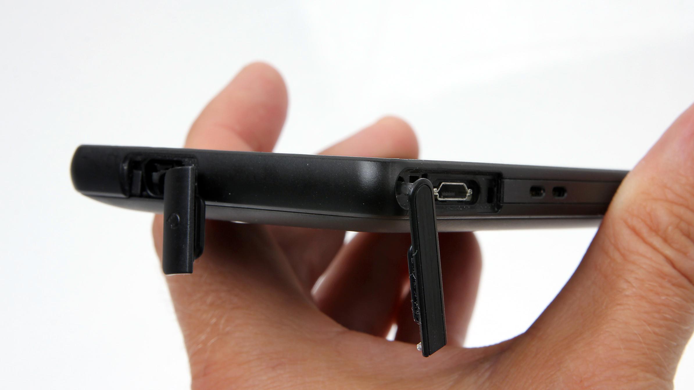 Vanntette luker beskytter hodetelefonutgangen og micro-USB-utgangen.Foto: Kurt Lekanger, Amobil.no
