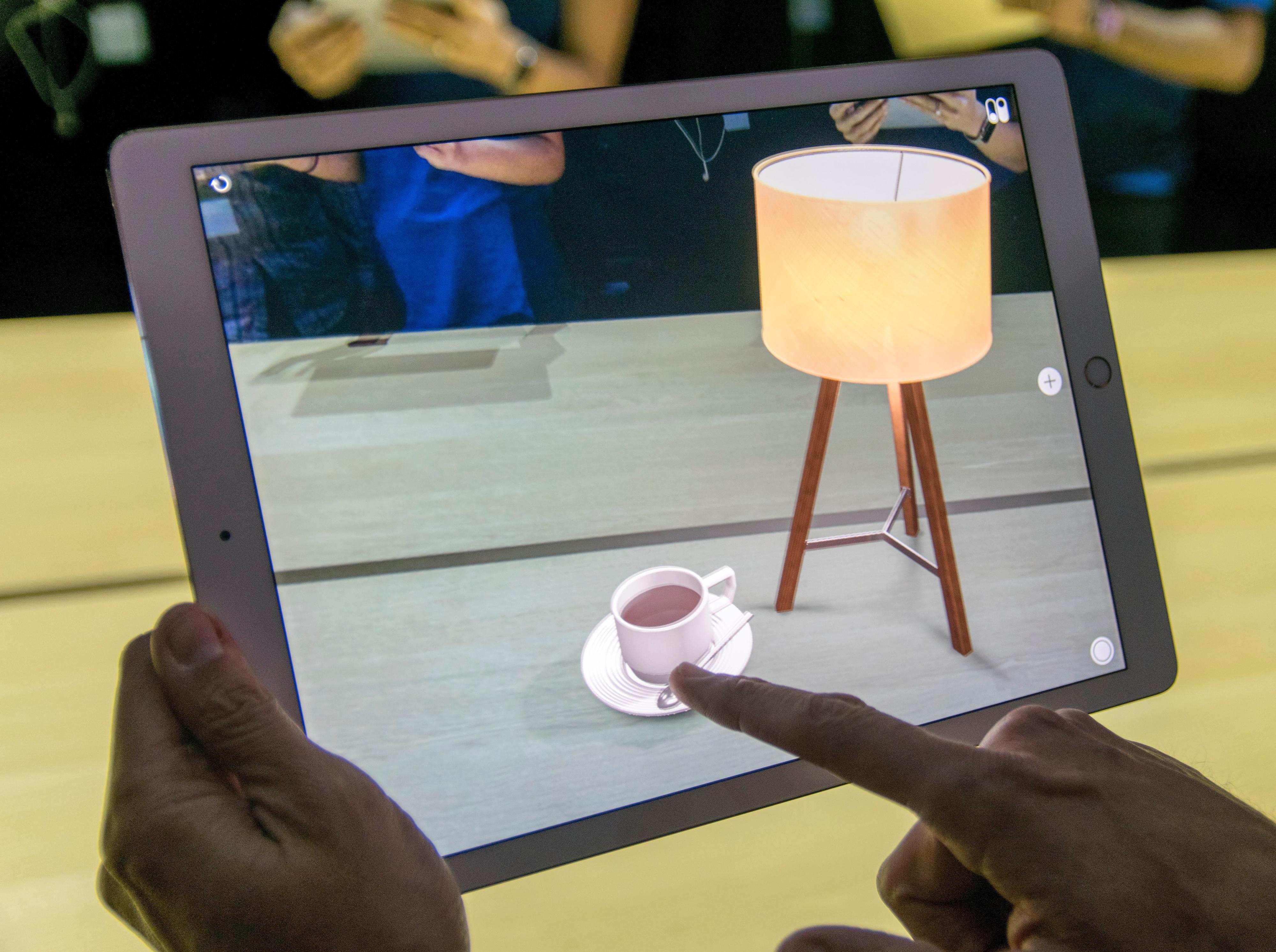 Ar Kit kaller Apple løsningen sin for støtte av utvidet virkelighet-apper. Det funker noenlunde bra, men har ikke like gode fysiske forutsetninger som Google Tango-løsningen med dybdekamera.