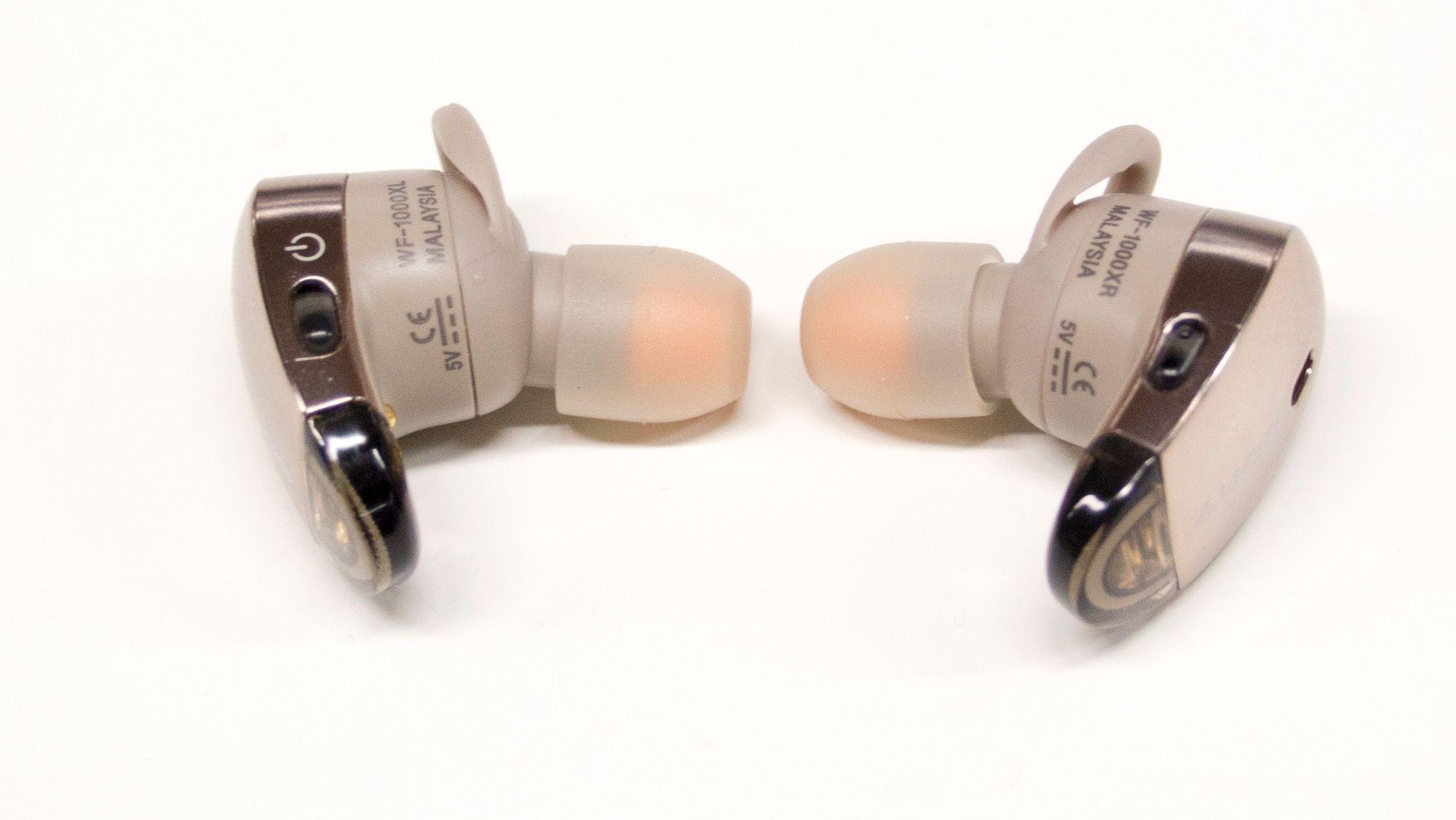 Det er få knapper på selve proppene. En av disse lar deg kontrollere de ulike lydmodusene manuelt.