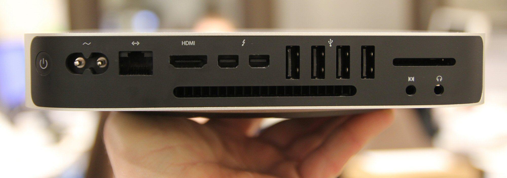 Bak finner vi av/på-knapp, strøminntak, gigabit LAN, HDMI, to Thunderbolt 2-porter, fire USB 3-porter, SD-kortleser, og minijackkontakter for lyd.Foto: Vegar Jansen, Tek.no