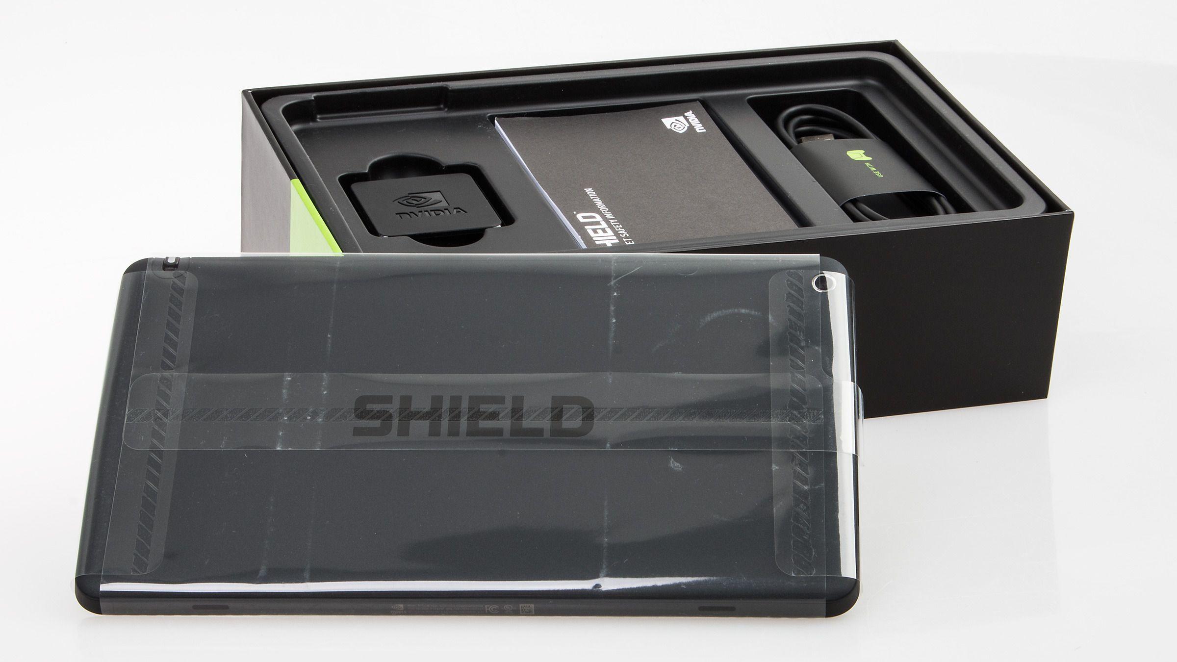 Gjennom det beskyttende plastomslaget ser vi ordet «Shield» gravert inn i nettbrettets rygg.Foto: Varg Aamo, Hardware.no