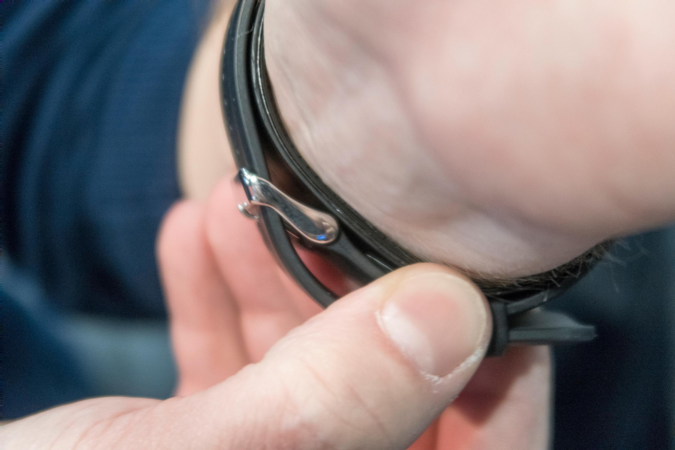 Oppblåsbar rem: Remmen på klokka ser vanlig ut, men skjuler et system for å blåse seg opp til blodet stopper i håndleddet.