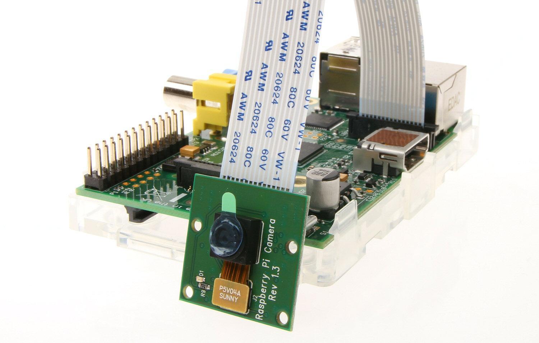 Tilkoblet Raspberry Pi Camera Module. Plasten foran linsen skal fjernes før bruk.Foto: Vegar Jansen, Hardware.no